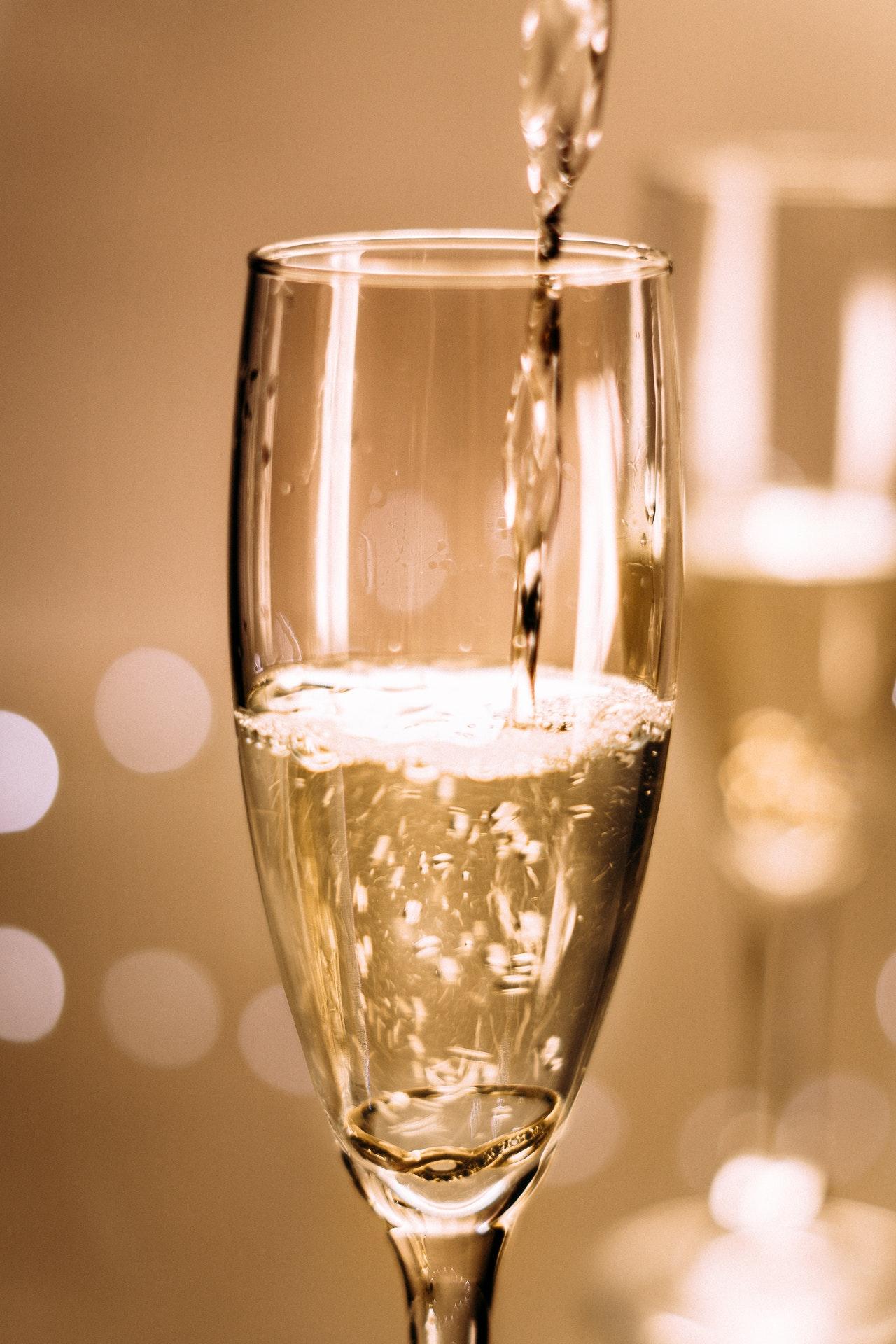 Champagnergläser haben in der Regel eine längliche Form.