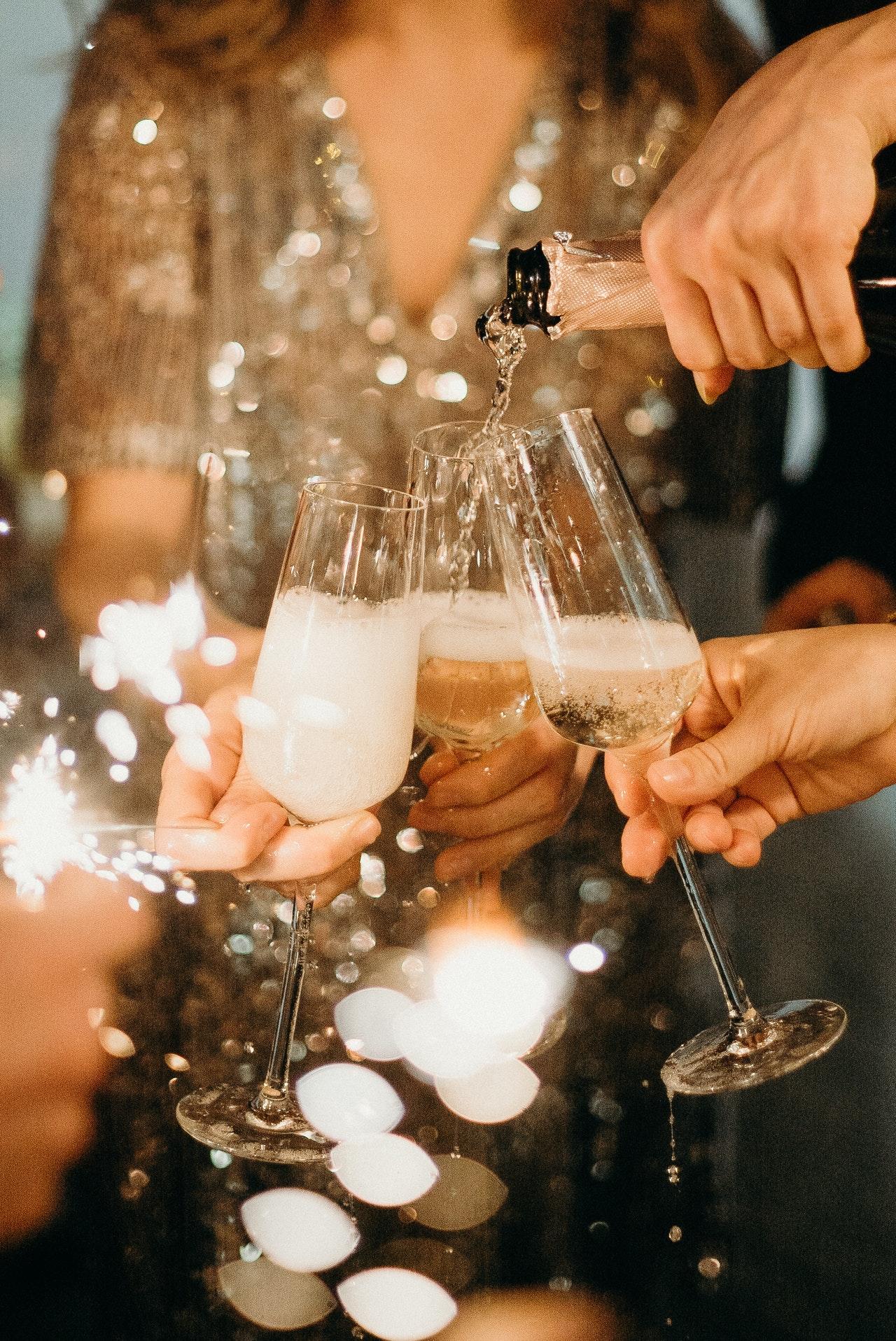 Ein Glas Champagner eignet sich bestens, um mit seinen Freunden auf ein besonderes Ereignis anzustoßen.