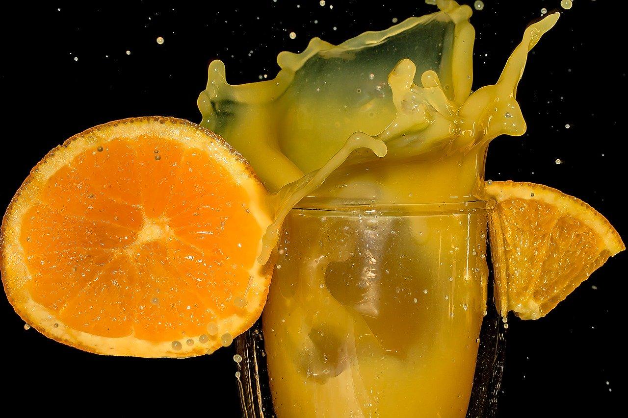 In einem doppelwandigen Glas bleibt auch der kalte Cocktail länger genießbar.