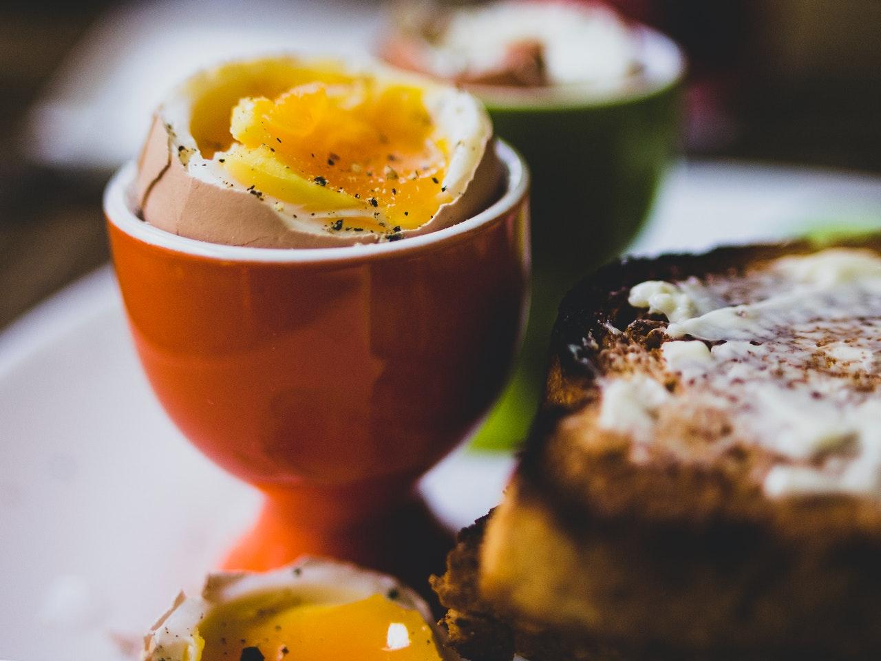 Mit einem Eierköpfer köpfst Du Eier ganz einfach und sauber. So besteht nicht die Gefahr, dass Teile der Schale in das Ei gelangen.
