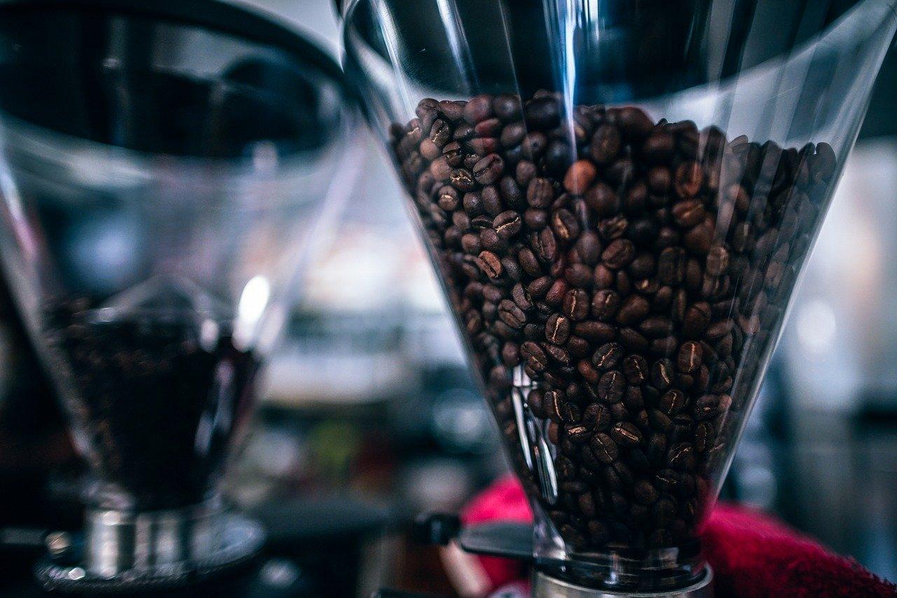 Solch eine elektrische Kaffeemühle mit Trichter, mahlt die Kaffeebohnen in der Regel besonders fein.