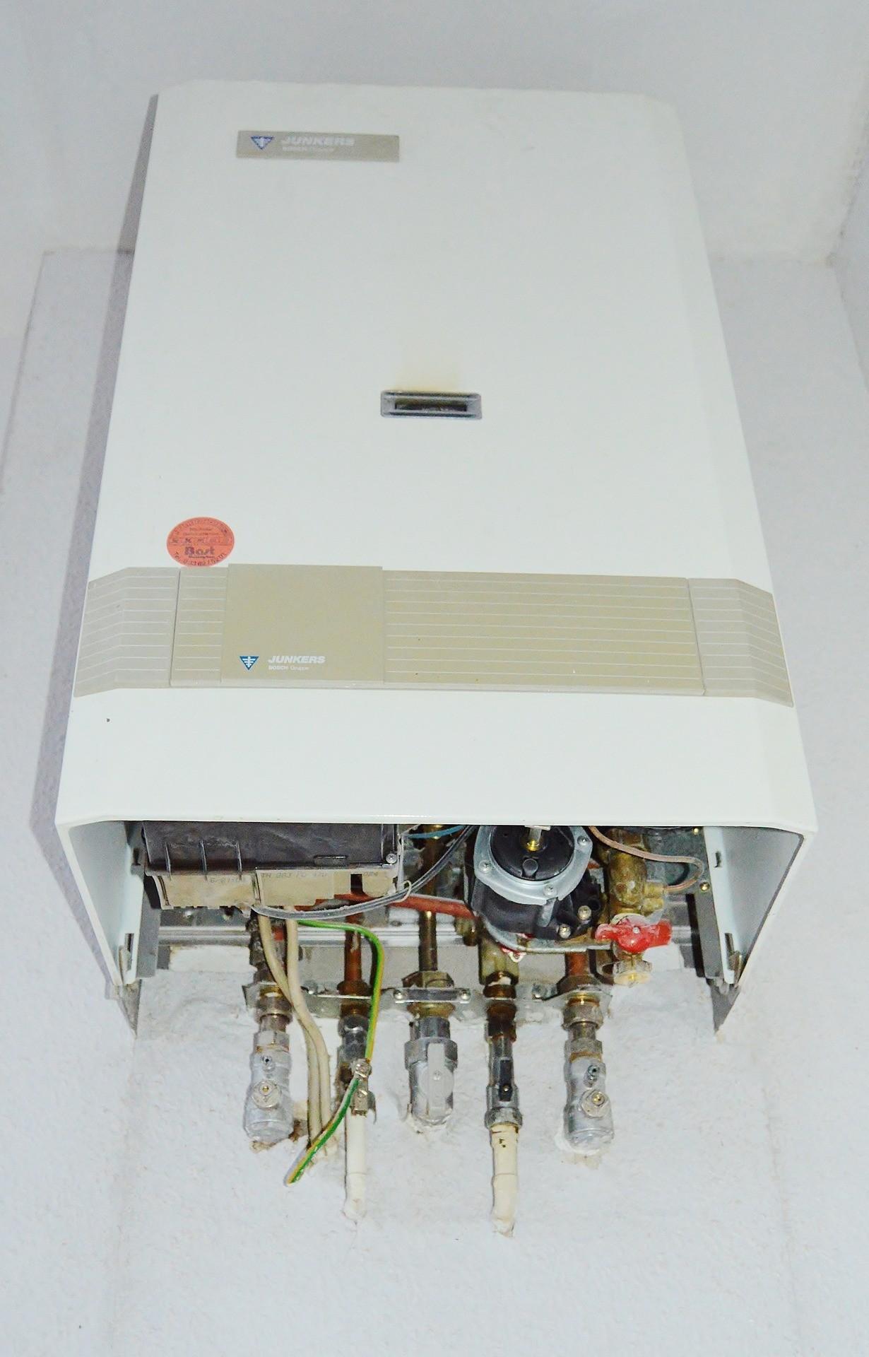 Der große Vorteil eines elektrischen Durchlauferhitzers, ist der einfache Anschluss. Für Gas-Durchlauferhitzer müssen Gasleitungen verlegt werden, was im nachhinein viel Zeit und Geld kostet.