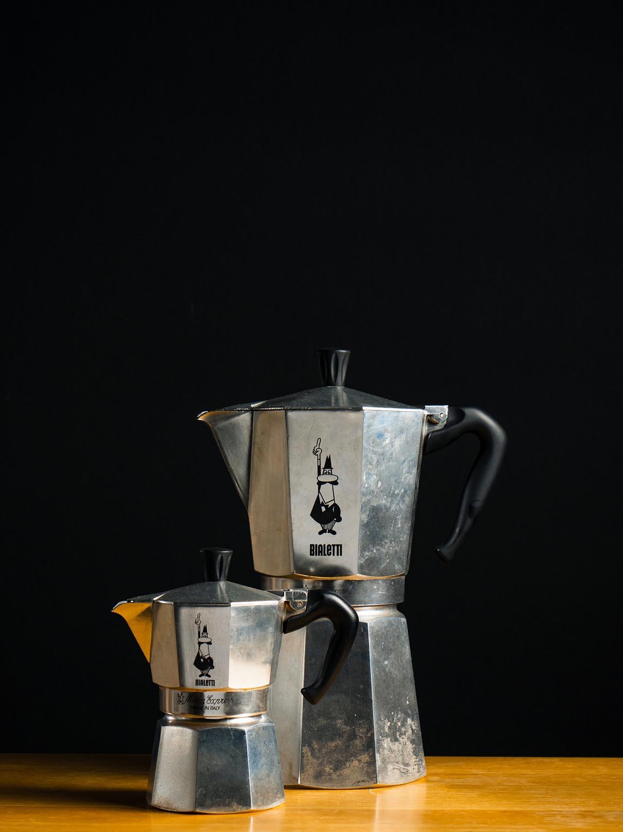 Induktion Espressokocher gibt es in vielen unterschiedlichen Größen. Mit einigen kannst Du genug Espresso für 8 Tassen zubereiten.