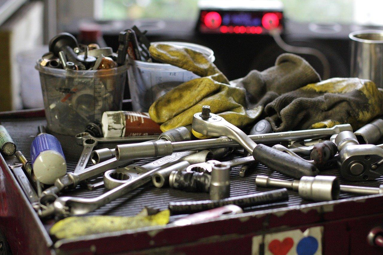 Eine Magnetleiste eignet sich auch sehr gut für Werkzeug. So herrscht endlich Ordnung in Deiner Werkstatt.