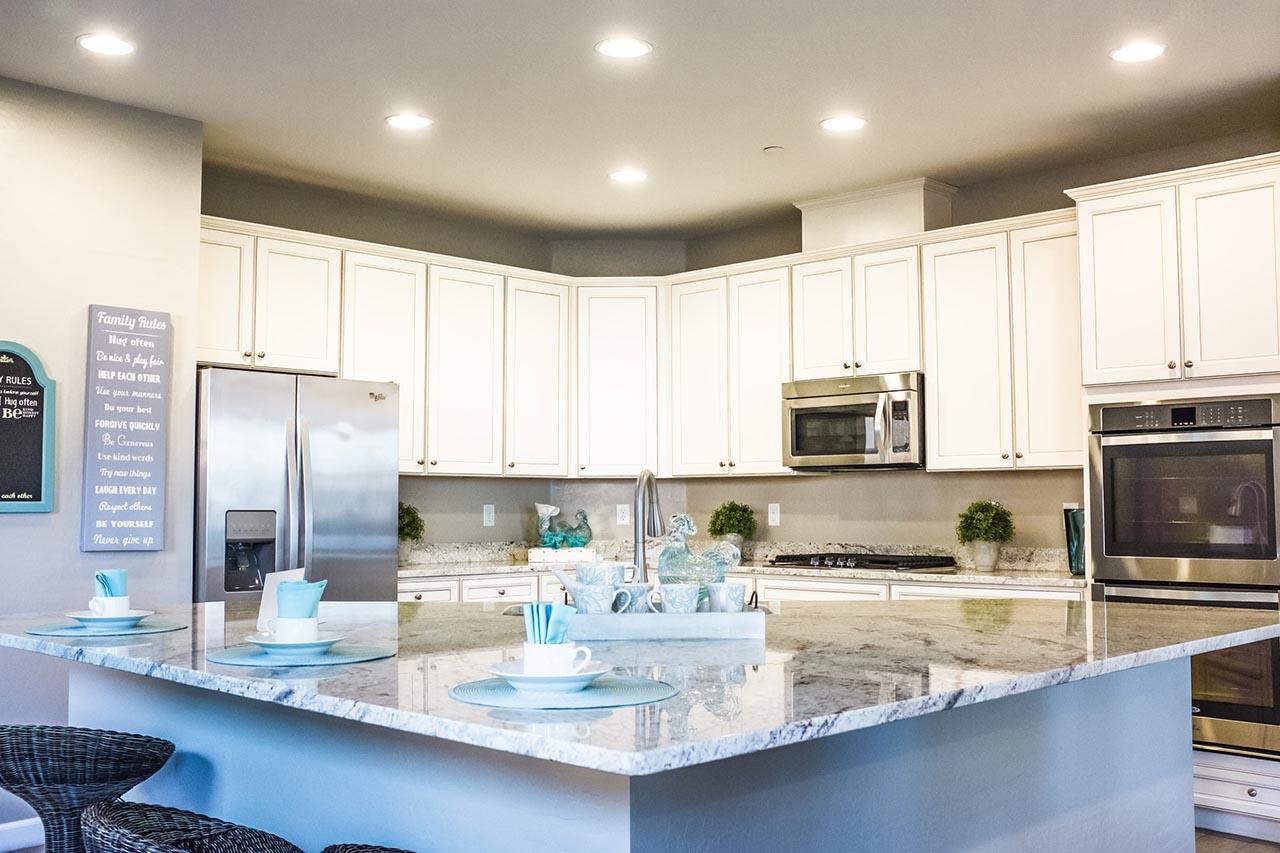 Dank einer Mikrowellenhalterung hast Du mehr freie Ablageflächen in Deiner Küche.