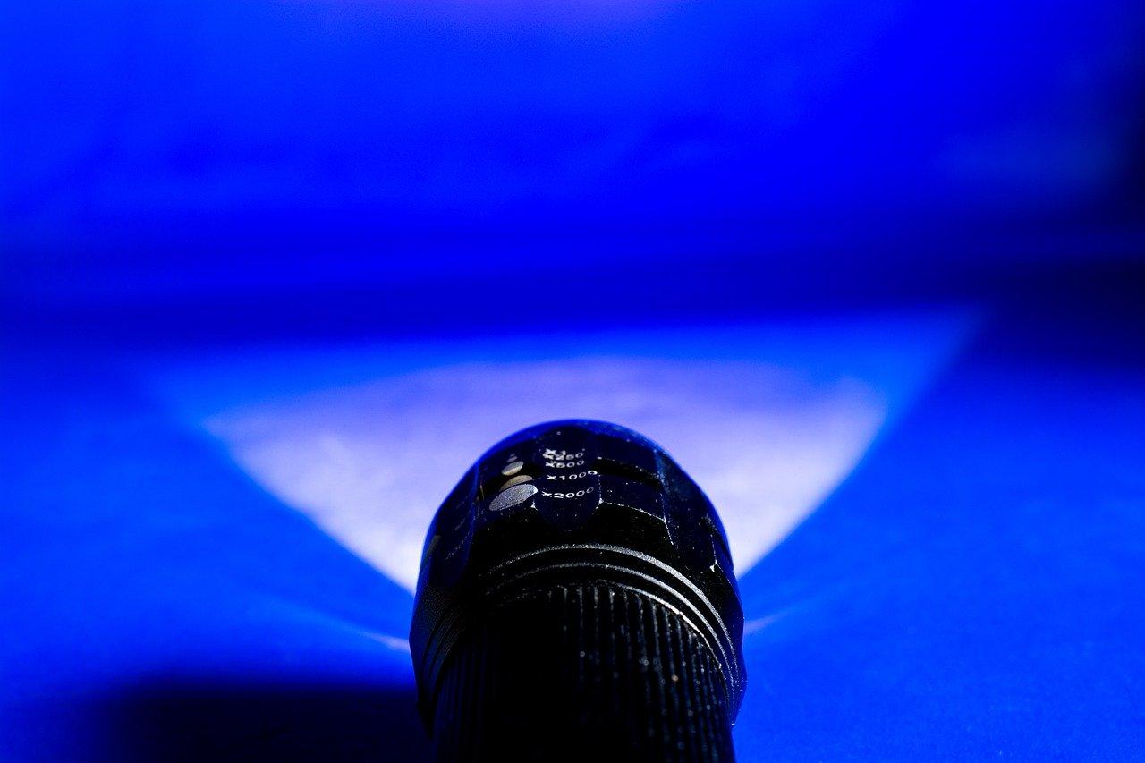 Bei einer Mini Taschenlampe lässt sich auch manchmal der Winkel des Lichtkegels individuell einstellen.