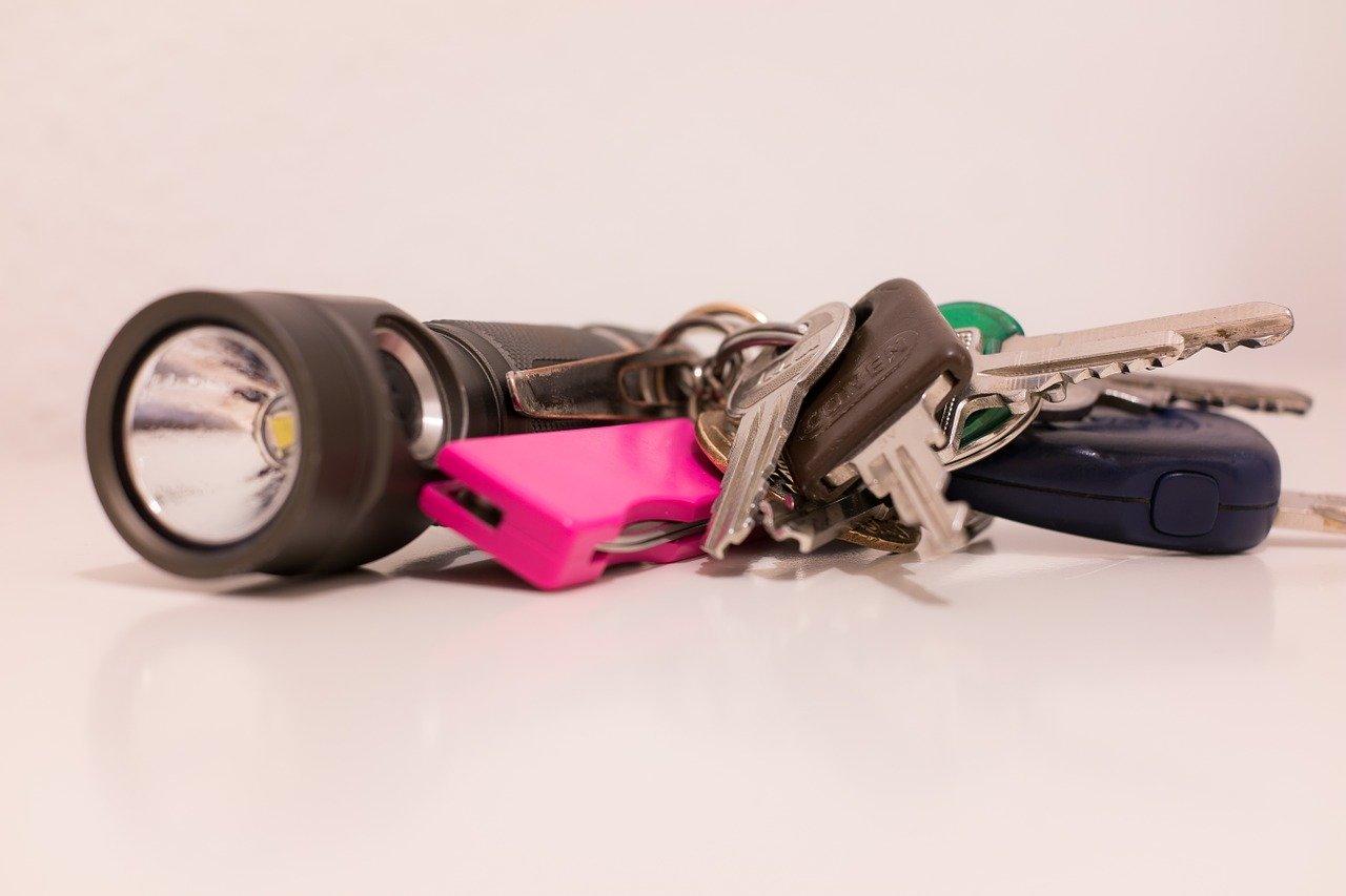 Es gibt auch Mini Taschenlampen sie so klein sind, dass sie bequem an einem Schlüsselanhänger Platz finden.