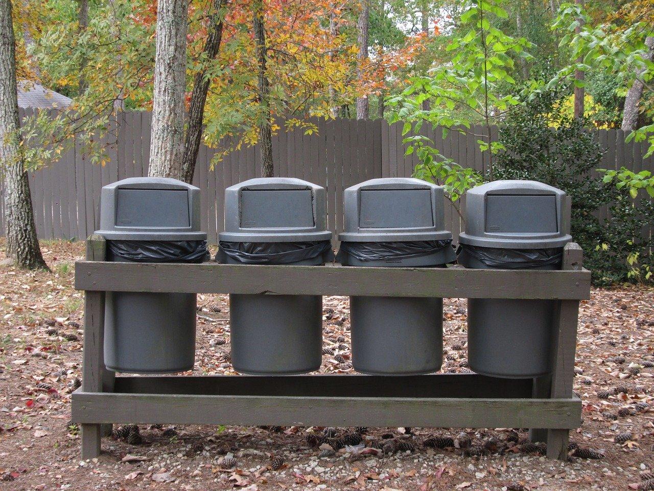 Moderne Mülleimer mit automatischem Deckel sind um einiges hygienischer als herkömmliche Mülleimer.