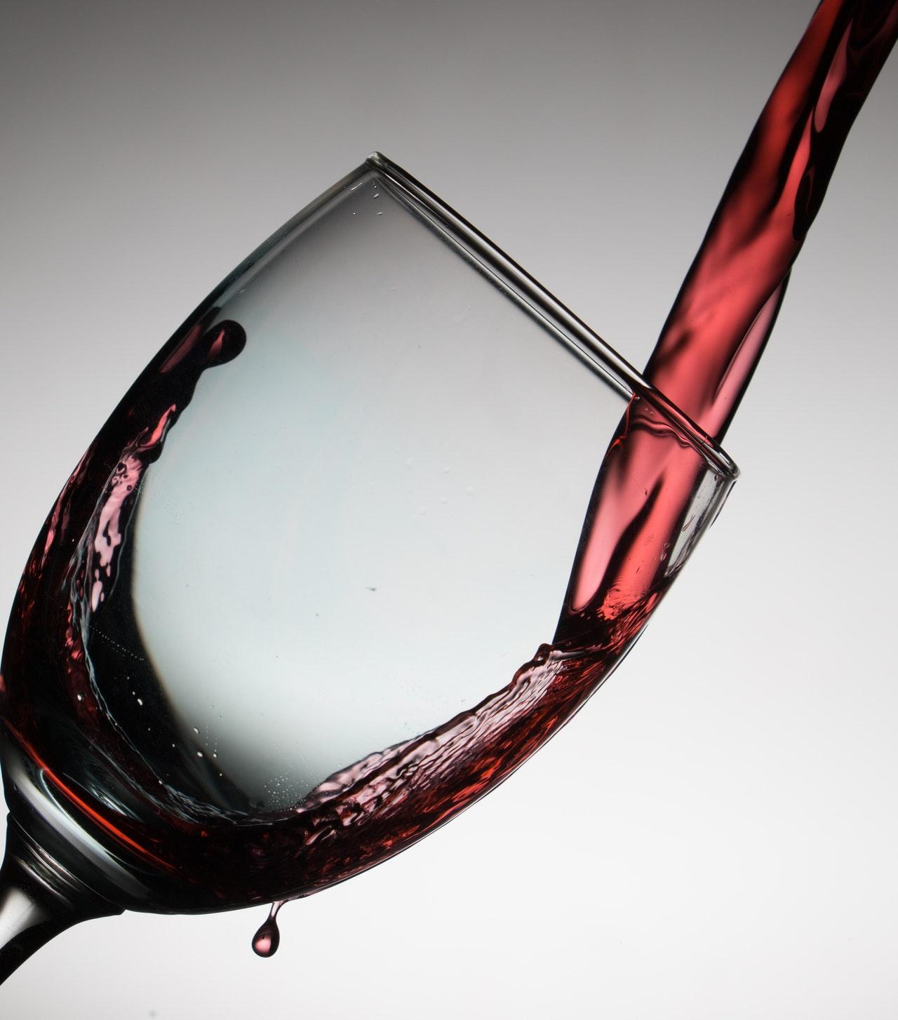 Rotweingläser sollten bauchig sein und eine relativ große Öffnung haben, wodurch sie sich von den meisten Weißweingläsern schon unterscheiden.