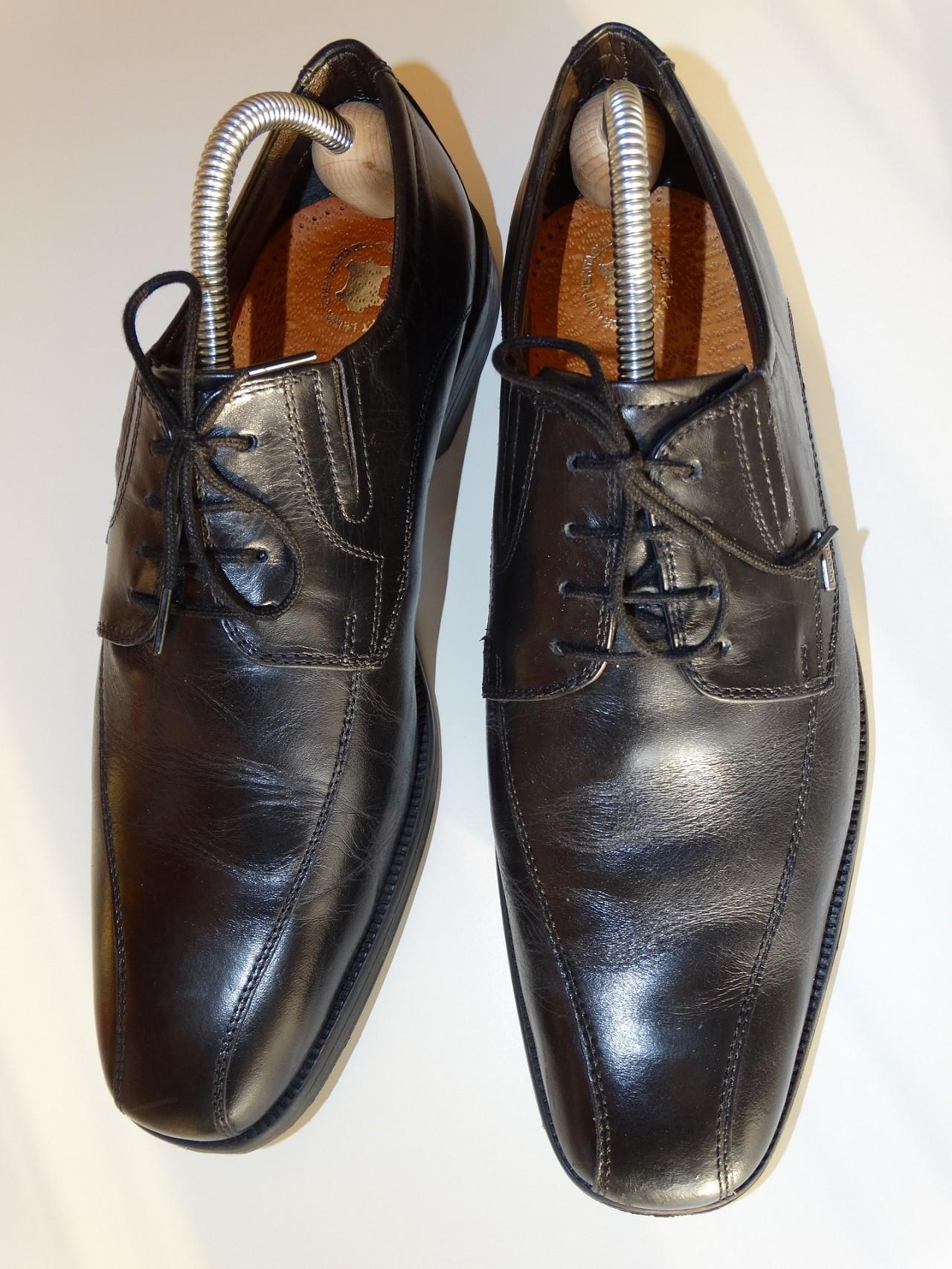 Schuhspanner werden einfach in die Schuhe gesteckt. Die meisten Schuhspanner haben einen flexiblen Spannarm, der den Spanner nach vorne drückt.