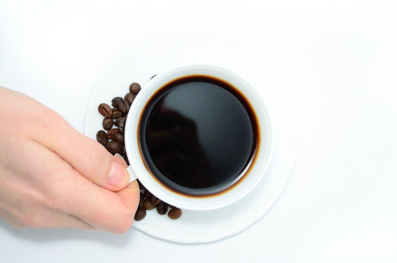 Kaffee aus einer Kaffeemaschine mit Mahlwerk schmeckt besonders gut, weil frisch gemahlener Kaffee einfach einen besonderen Geschmack mit sich bringt.