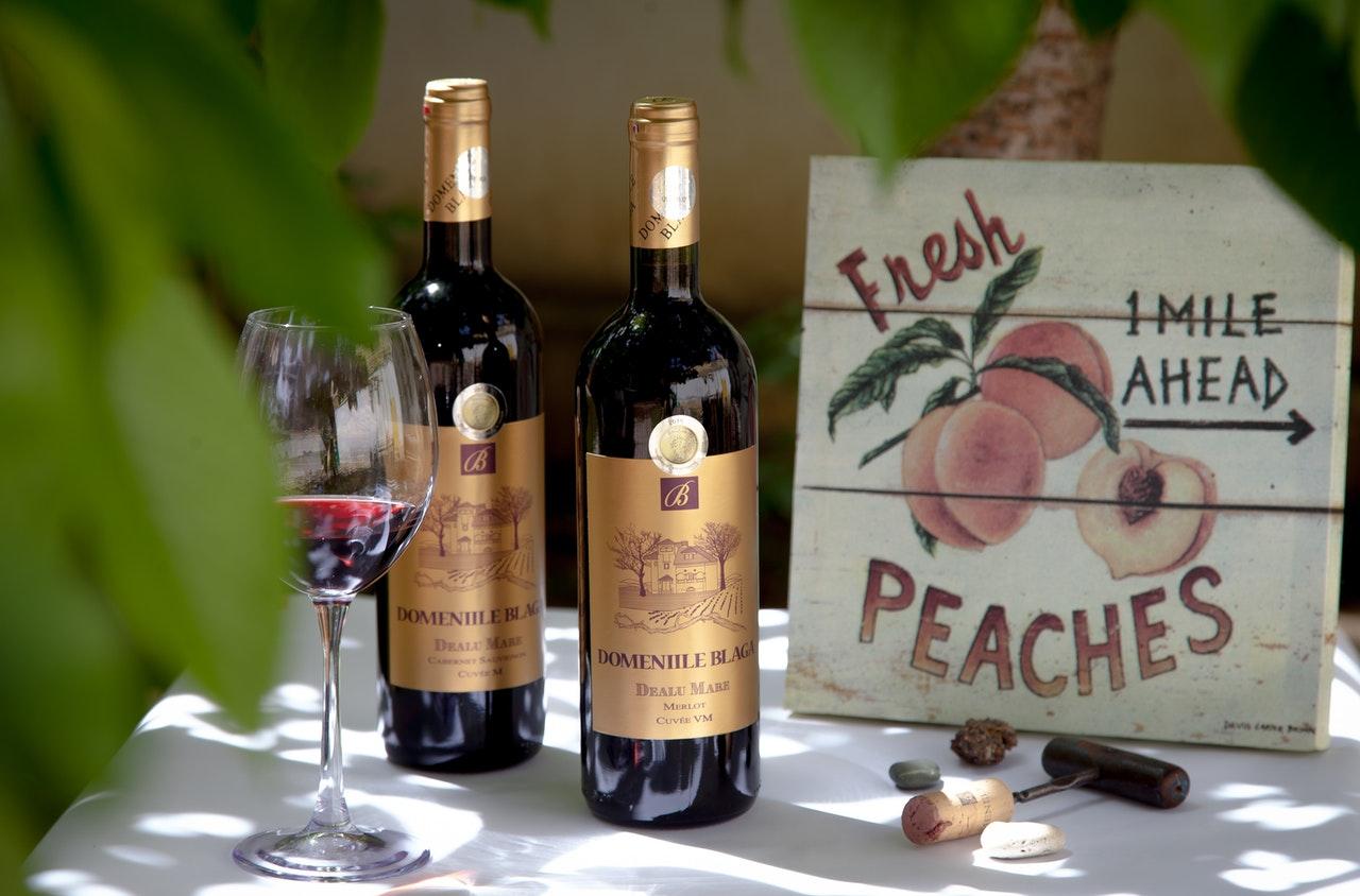 Zu jedem guten Wein gehört auch ein edler Korkenzieher. Viele Experten schwören hier auf einen Glockenkorkenzieher.