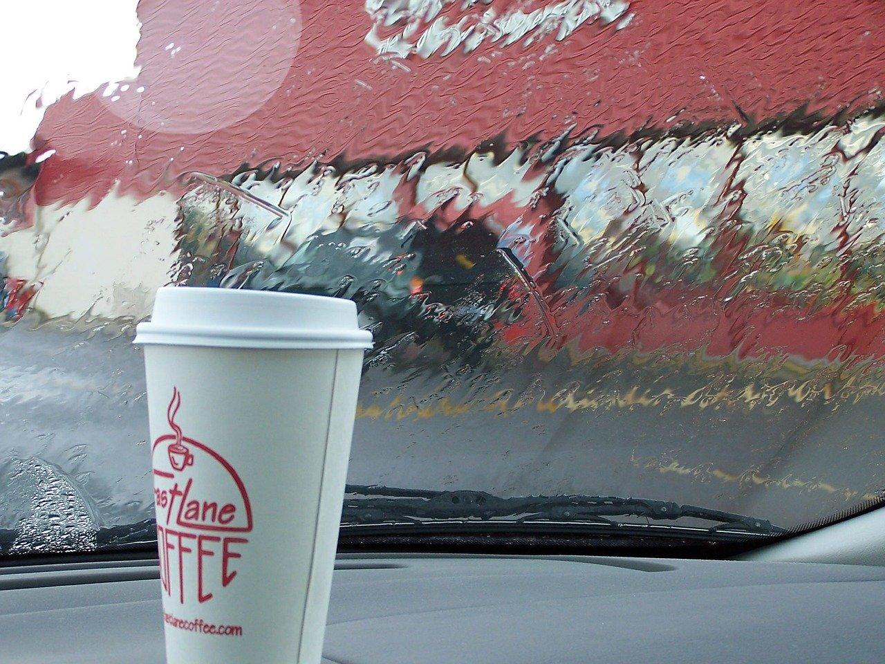 Dank einer Handpresso fürs Auto kannst Du auf Einwegbecher verzichten und die Umwelt schonen.