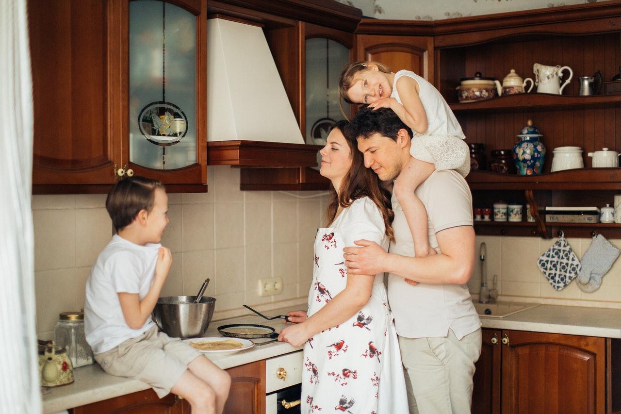 Mit einem einfachen Herdschutzgitter erhöhst Du schnell die Sicherheit deiner Küche.