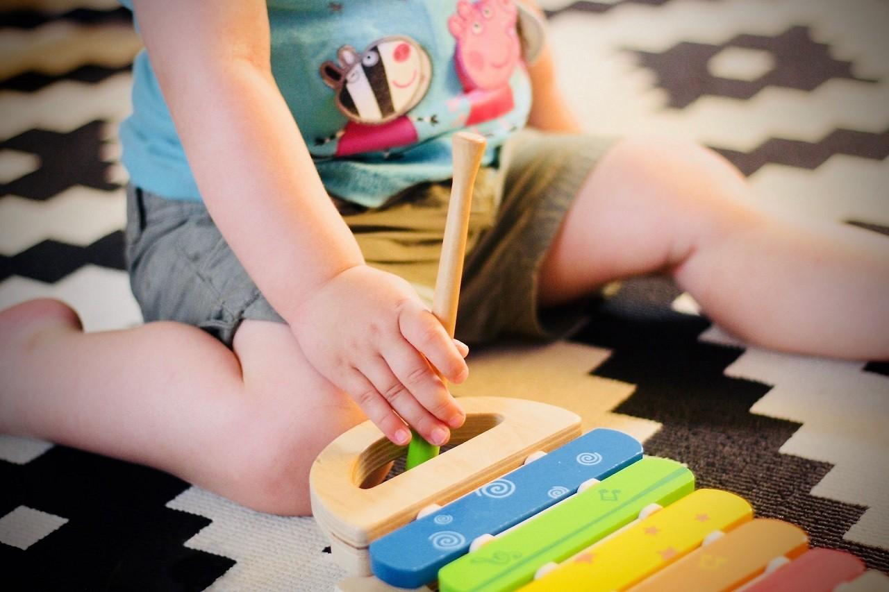 Auf einer Krabbelmatte kann Dein Baby auch für eine längere Zeit gelenkschonend spielen.