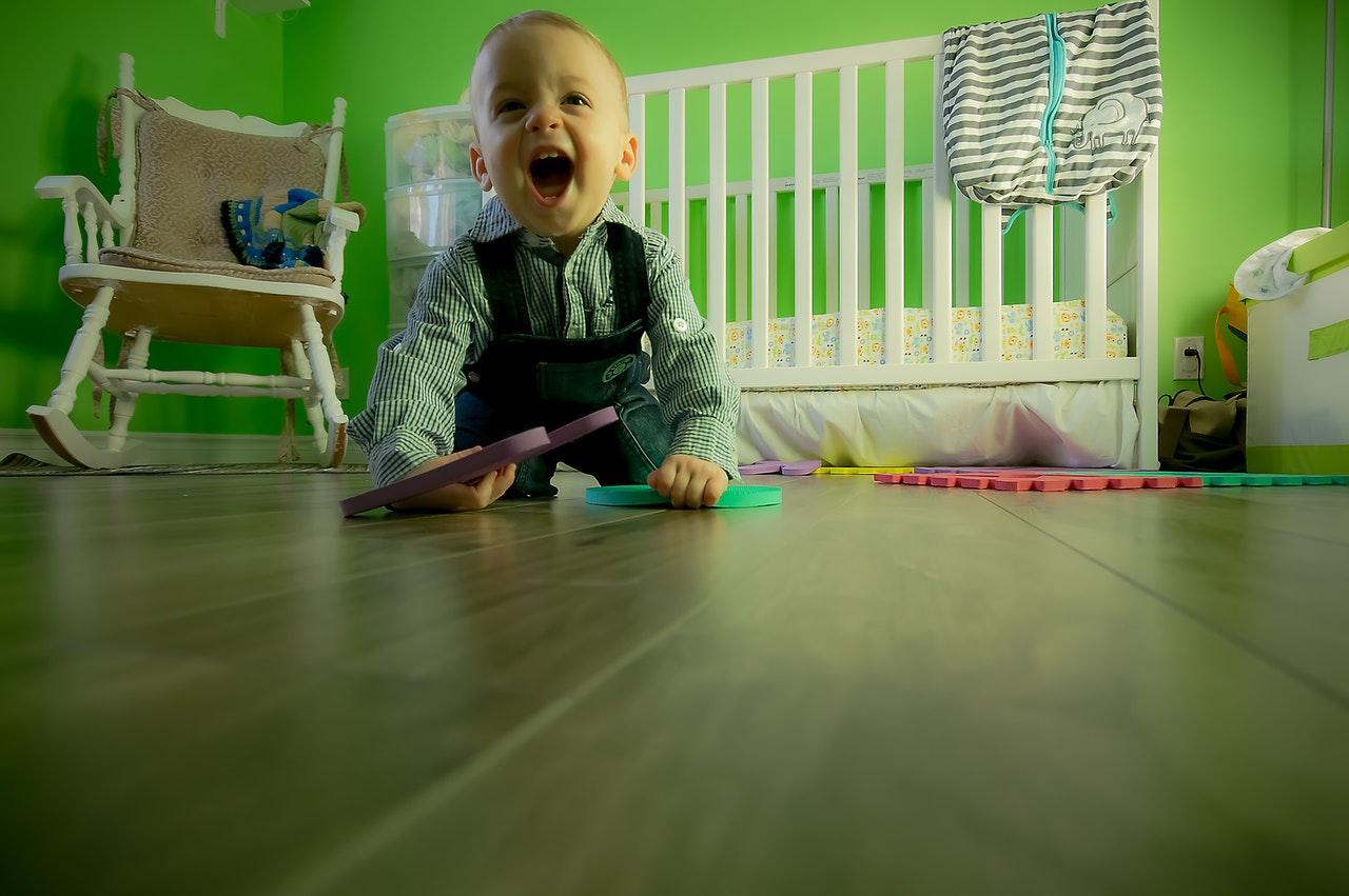 Wenn sich Babys und Kleinkinder viel auf dem Boden bewegen, lohnt es sich eine Krabbelrolle anzuschaffen.