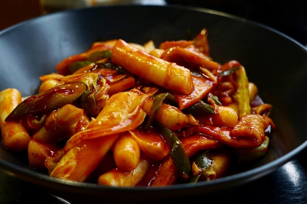 In einem praktischen Elektro-Wok, bereitest leckere asiatische Gerichte einfach selber zu.