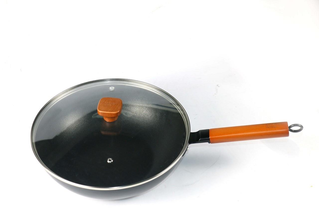 Ein Elektro-Wok ist vom Aufbau eigentlich genauso wie ein normaler Wok. Der Unterschied ist, dass die Wärme nicht von extern kommt.