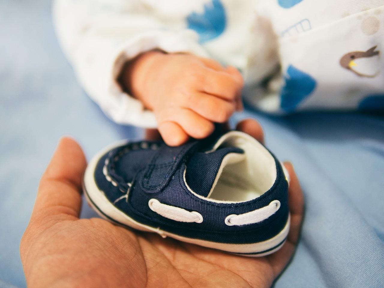 Lauflernschuhe unterstützen dein Kleinkind beim Laufen lernen. Sie unterstützen die Knöchel und schützen vor Verletzungen.