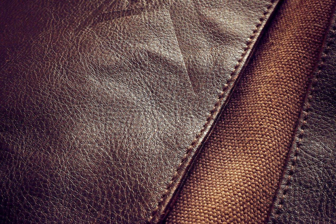 Regelmäßige Pflege mit einem Lederöl, erhöht die Lebensdauer Deiner Lederprodukte wesentlich.
