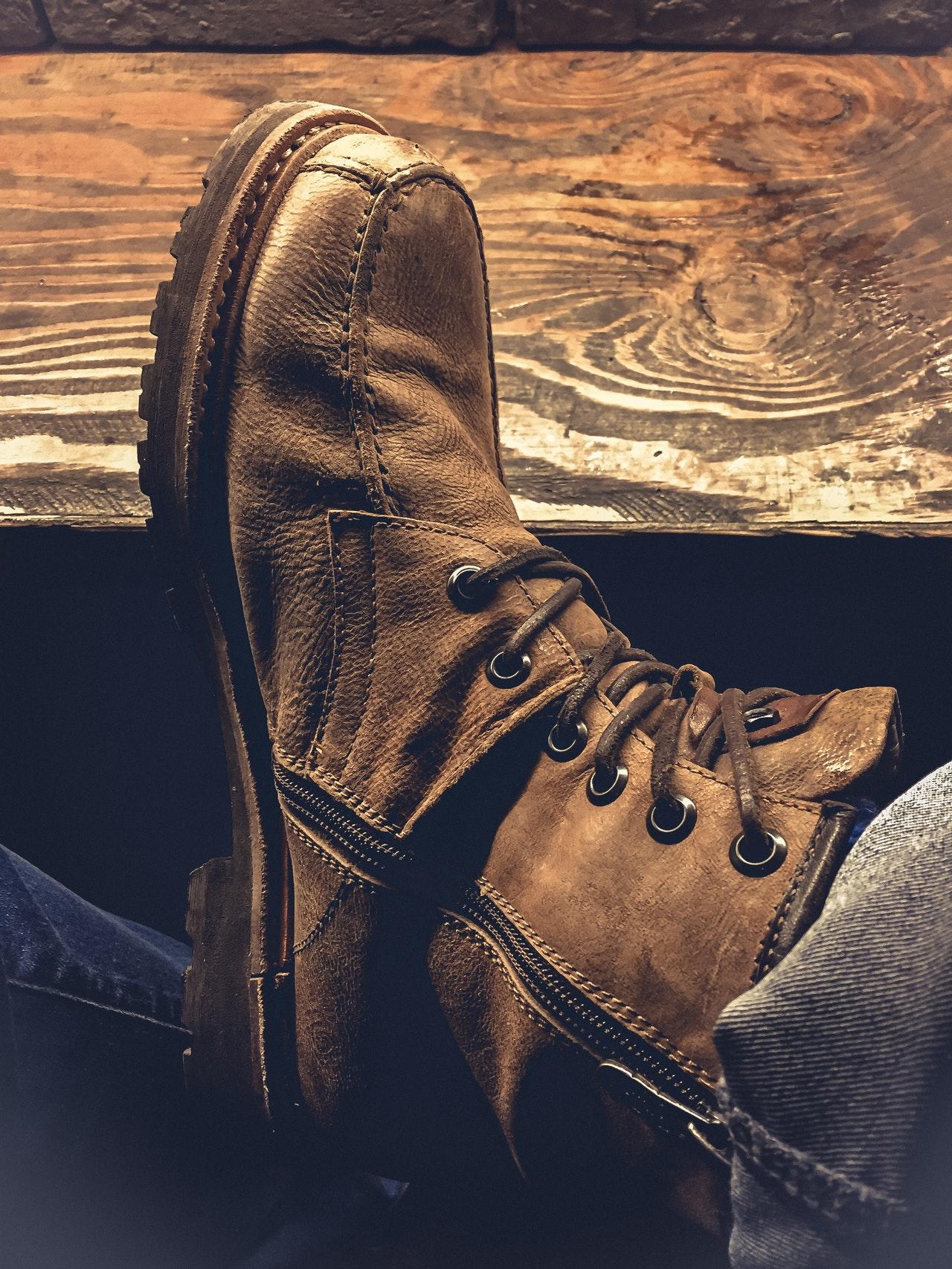Besonders Schuhe sollten regelmäßig mit einem geeigneten Lederöl behandelt werden, um Glanz, Strapazierfähigkeit und Dichtigkeit zu erhalten.