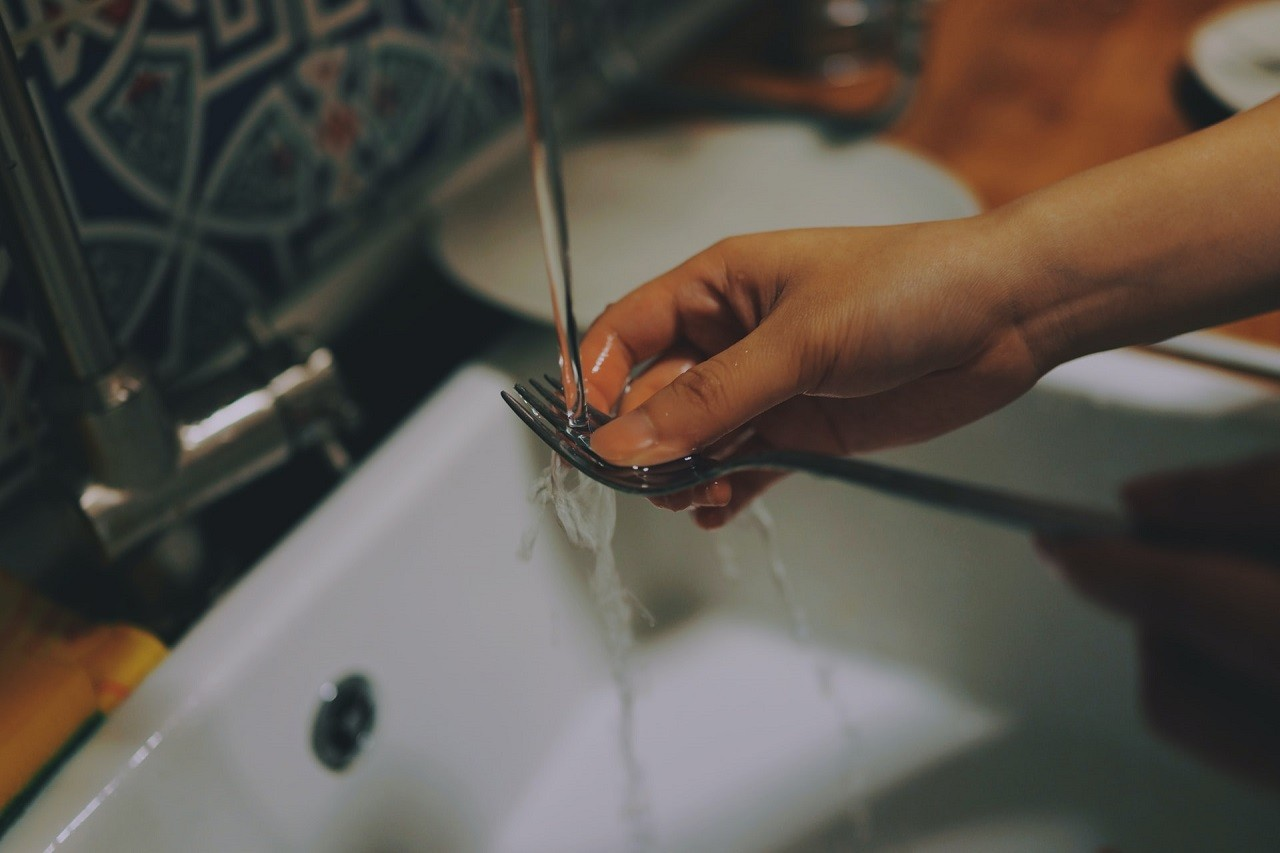Das automatische Abwaschen in einem Unterbau Geschirrspueler, ist deutlich hygienischer als das Abwaschen mit der Hand.
