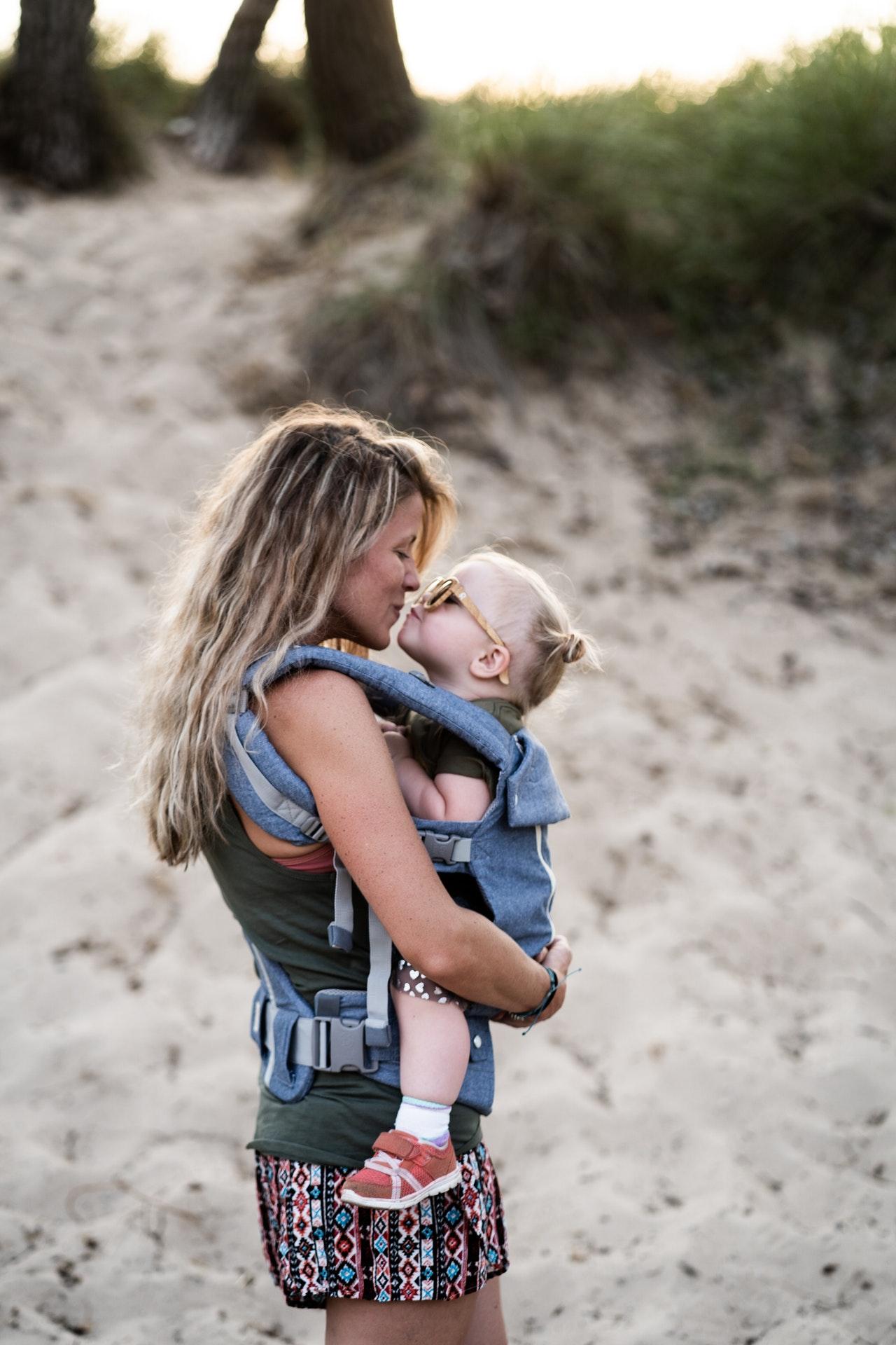 Babytragen / Babytragetücher gibt es in vielen Ausführung. Einige Modelle ähneln eher einem Tuch, andere wiederrum mehr einer festeren Trage.