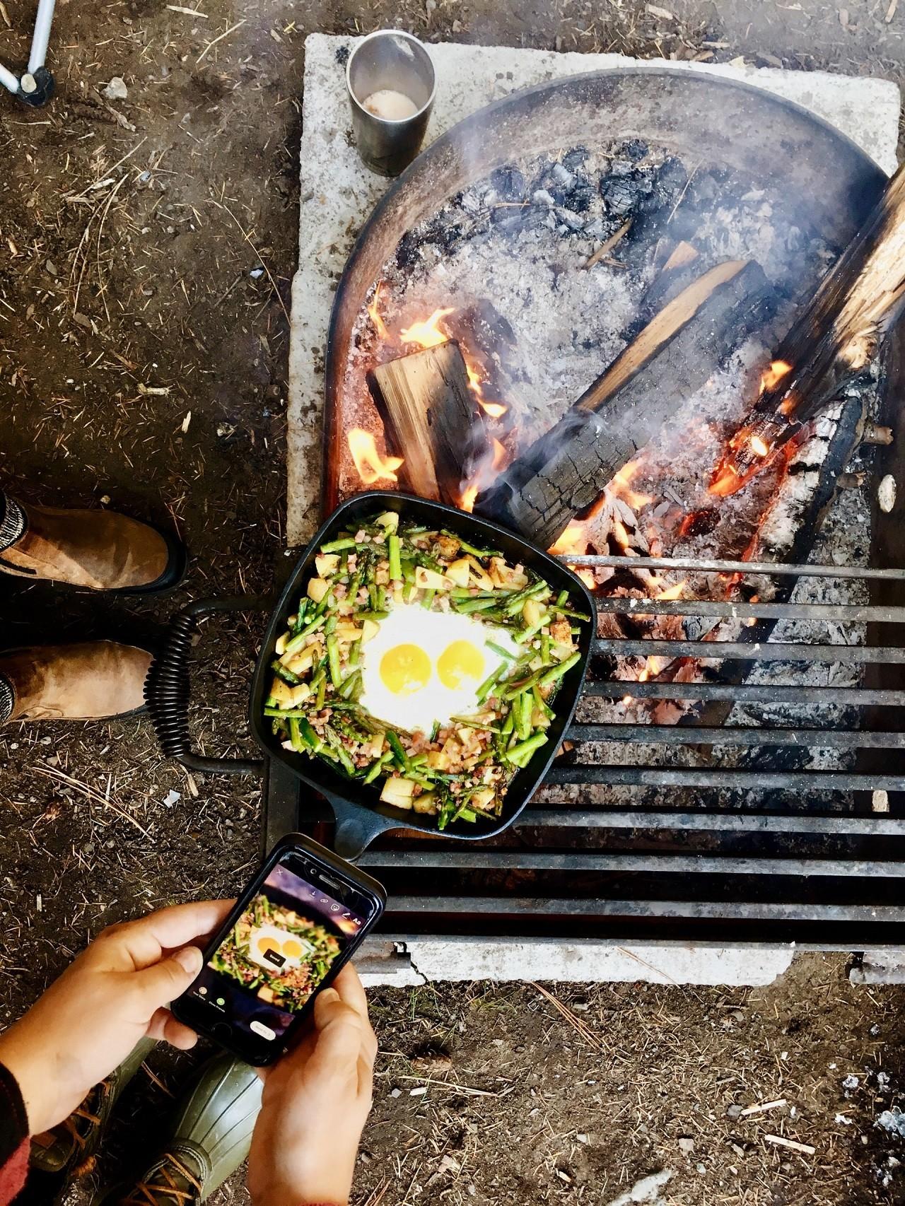 Eine gute Grillplatte Gusseisen kannst Du auch über offenem Feuer benutzen.