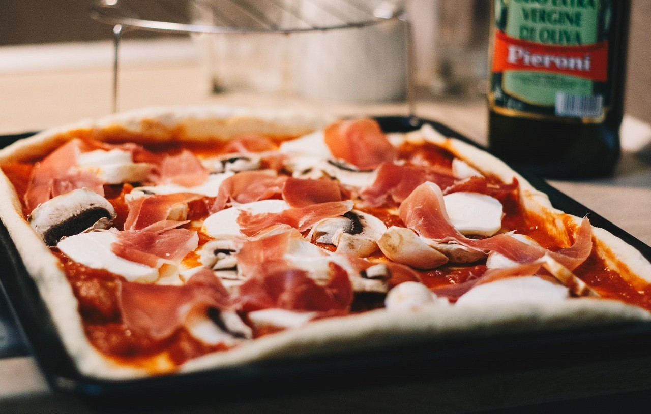 Pizzableche gibt es in vielen unterschiedlichen Formen und Größen.
