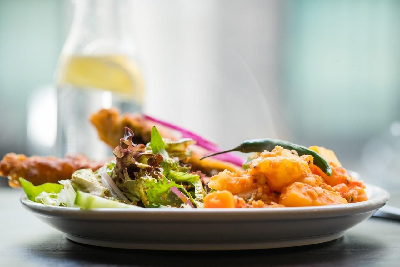 Warmhalteplatten kommen oft in der Gastronomie und bei Catering-Services zum Einsatz. Aber auch im privaten Bereich eignen Sie sich.