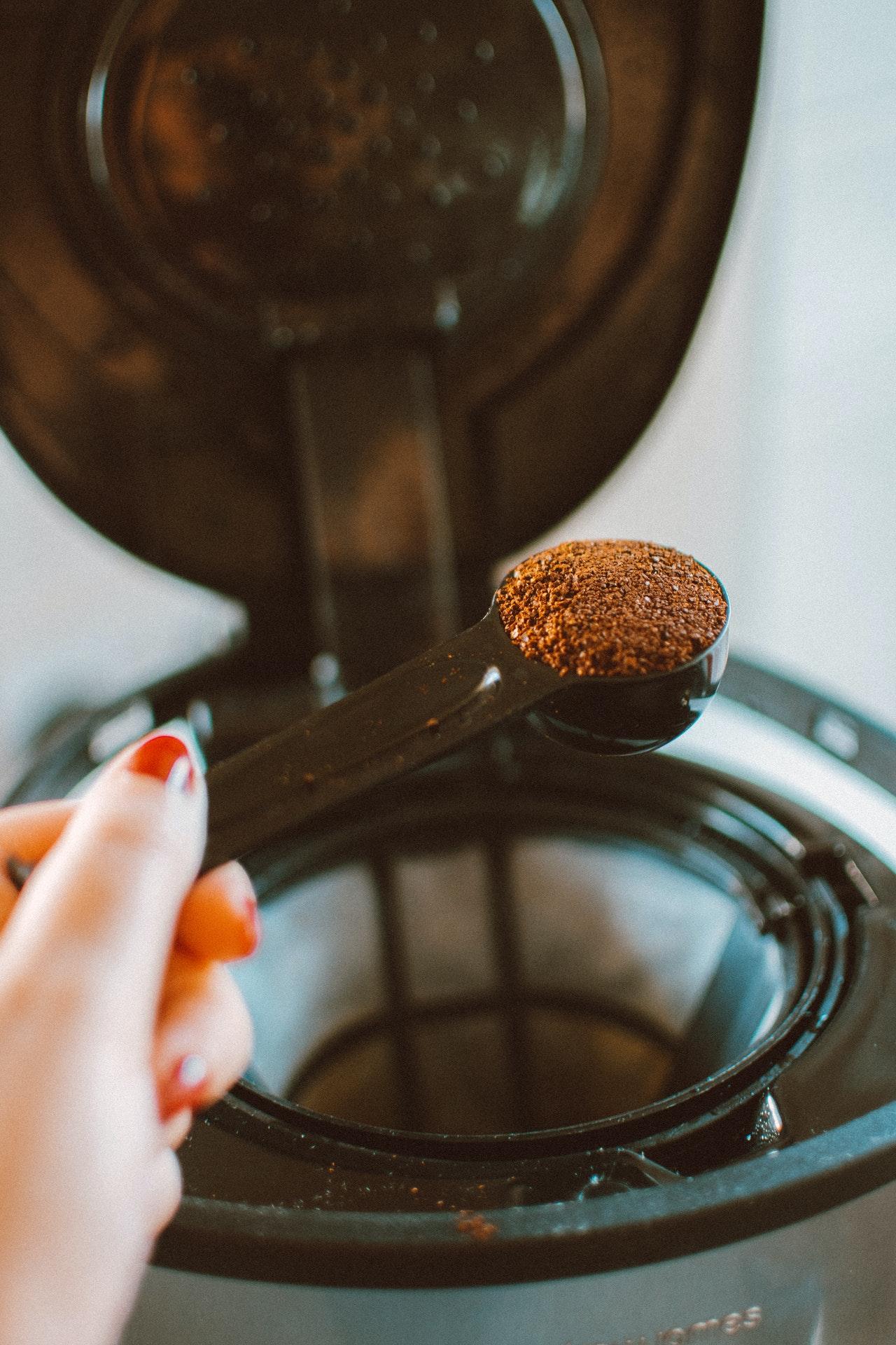 Wie die meisten anderen Kaffeemaschinen, werden auch AEG Kaffeemaschinen von oben befüllt.