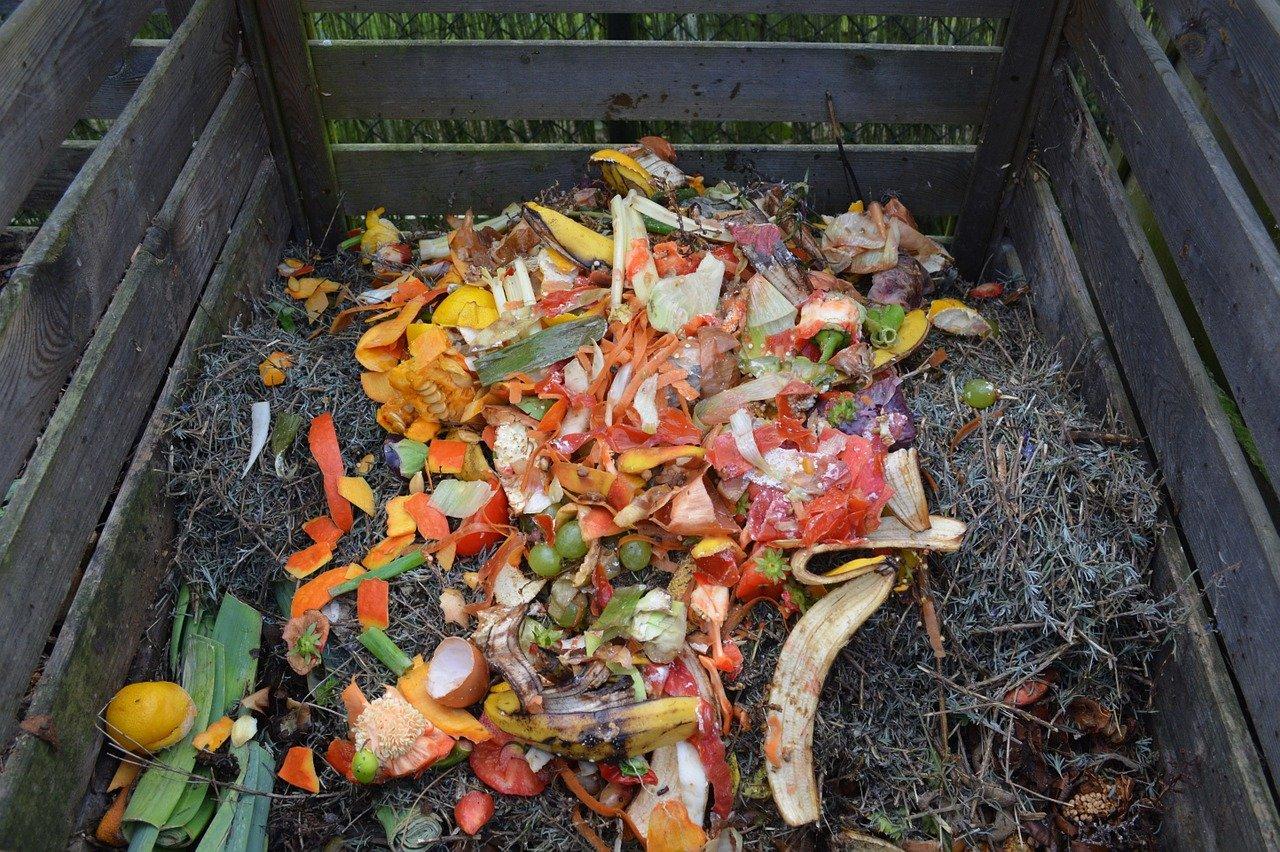 Biotonnenpulver eignet sich auch für den Komposthaufen im Garten.