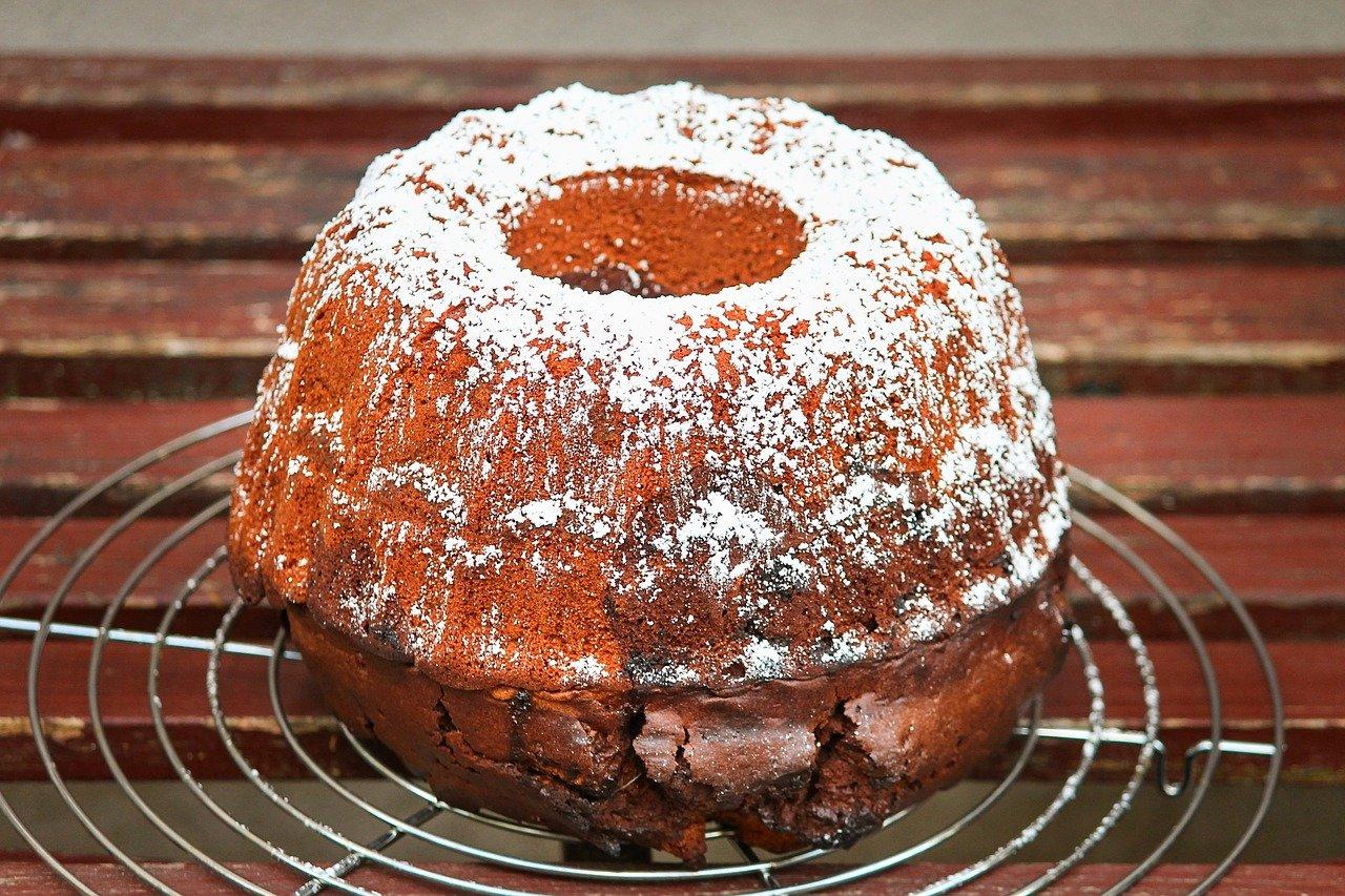 Du solltest die Gugelhupfform vorher gründlich fetten, damit sich der Kuchen später gut von der Form löst.
