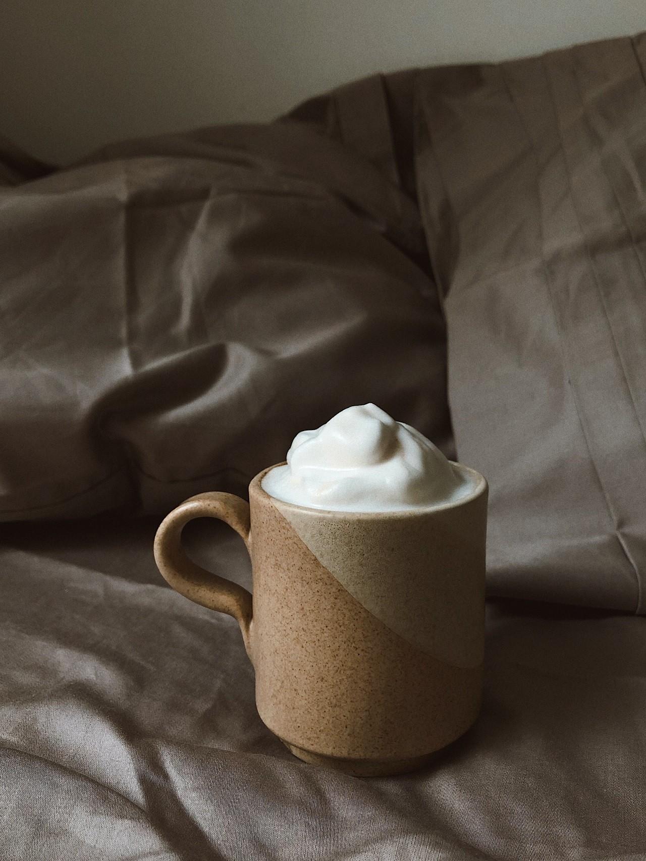 Mit einem eigenen Hand-Milchaufschäumer kannst Du die Milch je nach belieben stark aufschäumen.