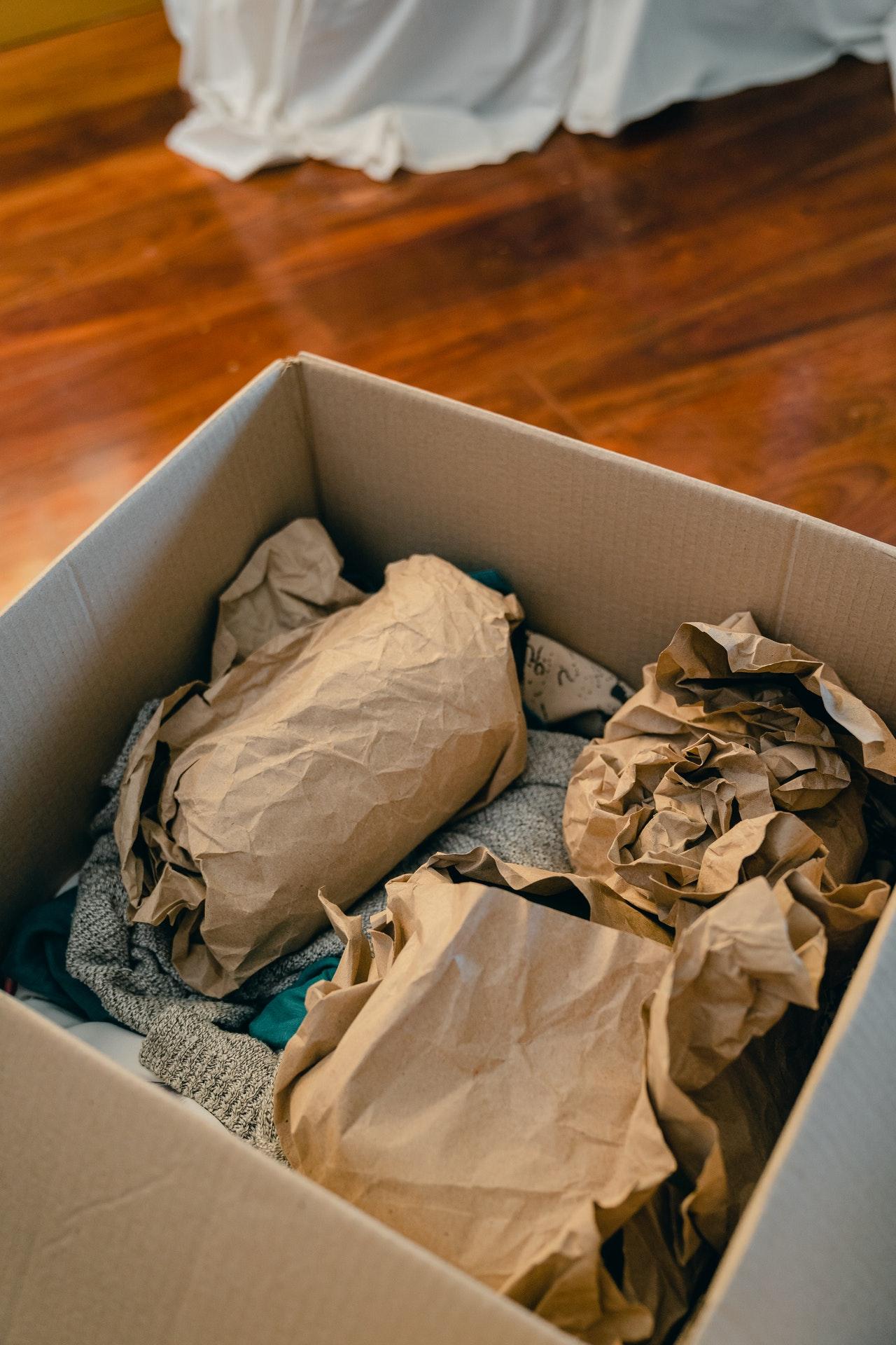 Achte darauf das Du in Inhalts des Umzugskartons gut schützt. Hier eignen sich zum Beispiel alte Zeitungen oder Zeitschriften.