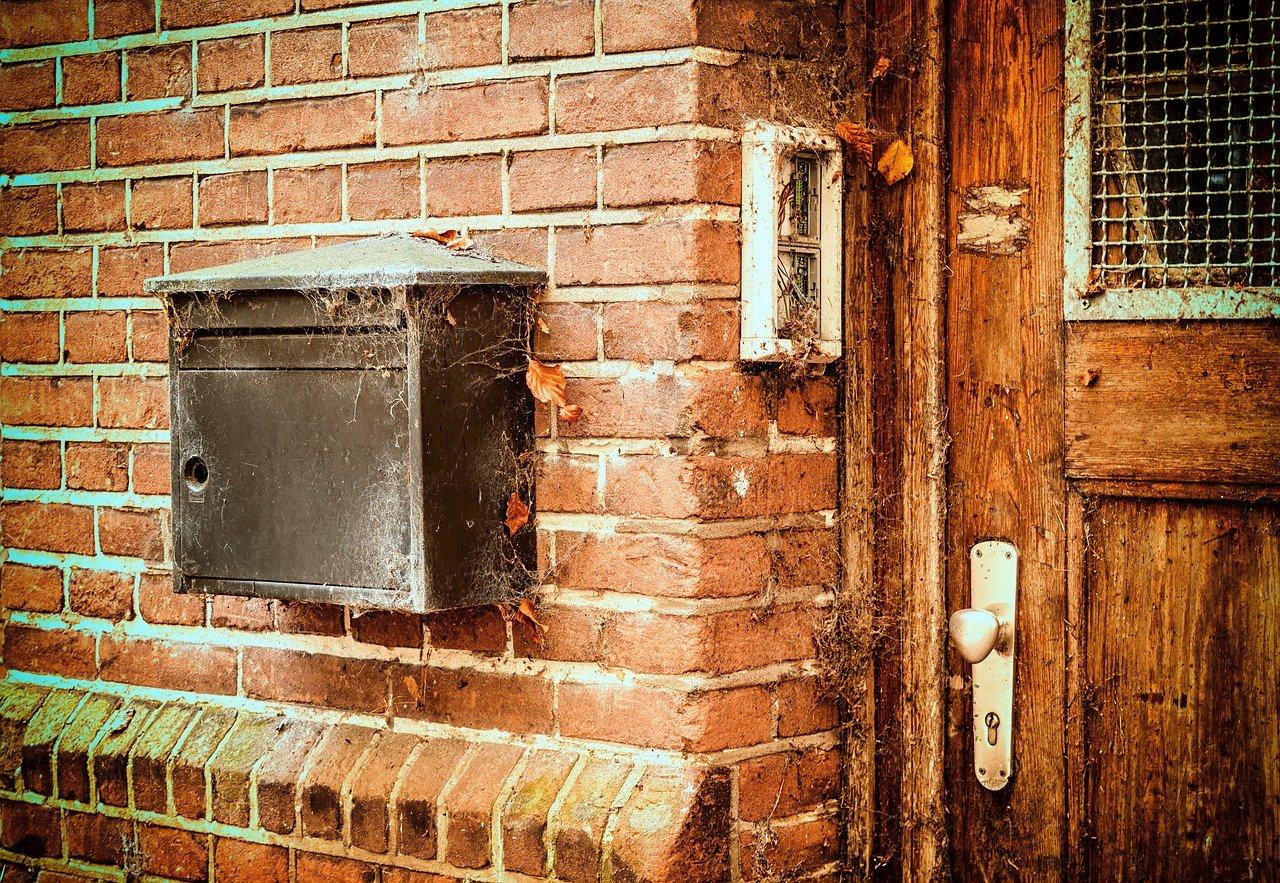 Ein Vorteil von Unterputz-Briefkästen gegenüber herkömmlichen Briefkästen ist, dass diese weniger den Gezeiten ausgesetzt sind und weniger verdrecken.