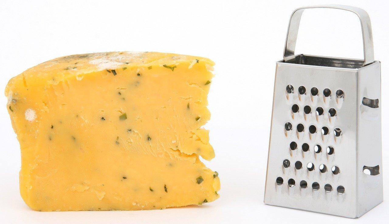 Mit einer Vierkantreibe kannst Du neben Käse auch Obst und Gemüse reiben.
