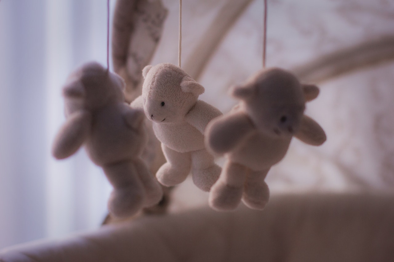 Viele Babywiegen sind mit Spielzeugen ausgestattet, mit dem das Baby vor dem einschlafen spielen kann.