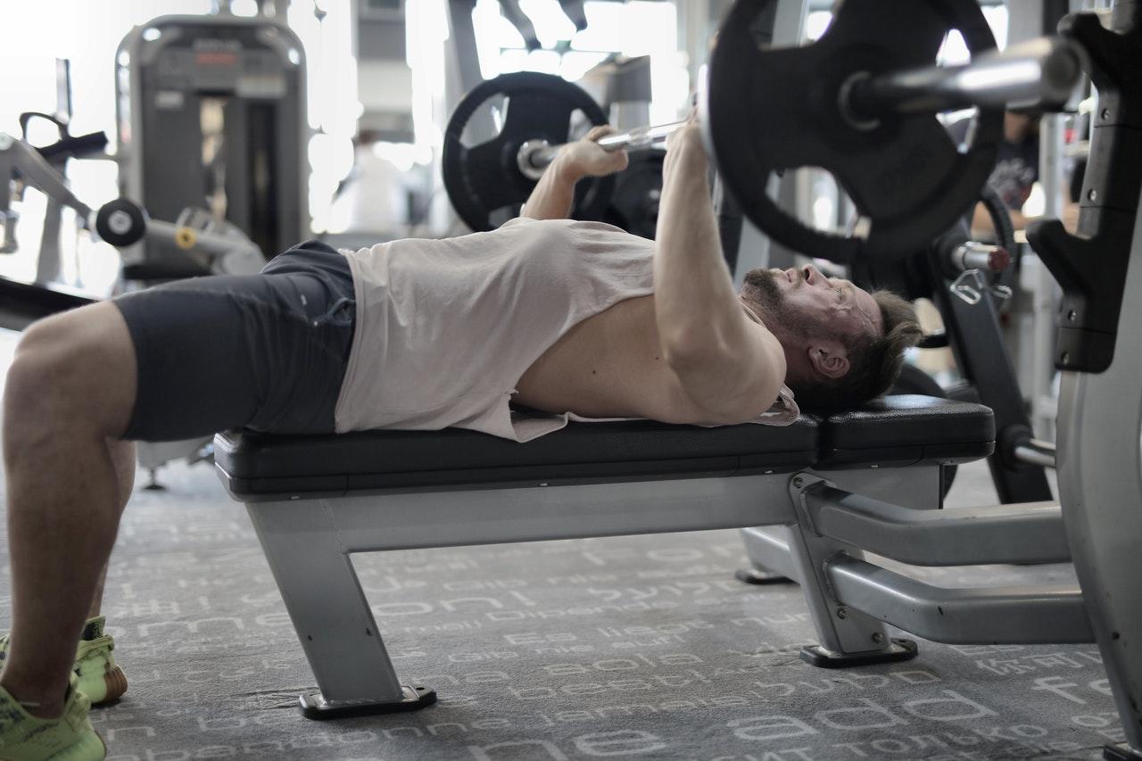 Eine saubere Ausführung ist das A&O beim trainieren auf einer Hantelbank. Bei falscher Ausführung, kannst Du Deinem Körper großen Schaden zufügen.