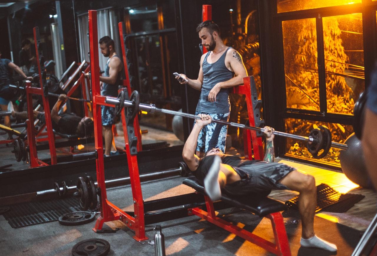 Das erste Mal an einer Hantelbank? Such dir einen Trainingspartner, oder besser noch einen professionellen Trainer. Gerade zu Beginn werden Übungen nicht sauber ausgeführt.