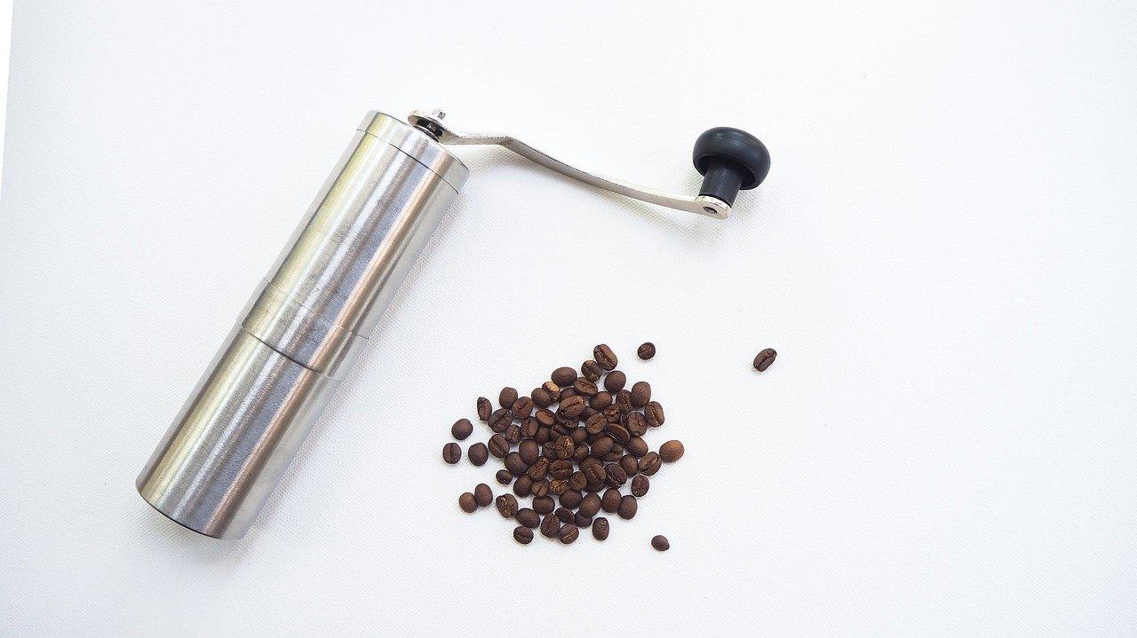 Manuelle Kaffeemühlen gibt es auch in einem solch modernen und handlichen Design.