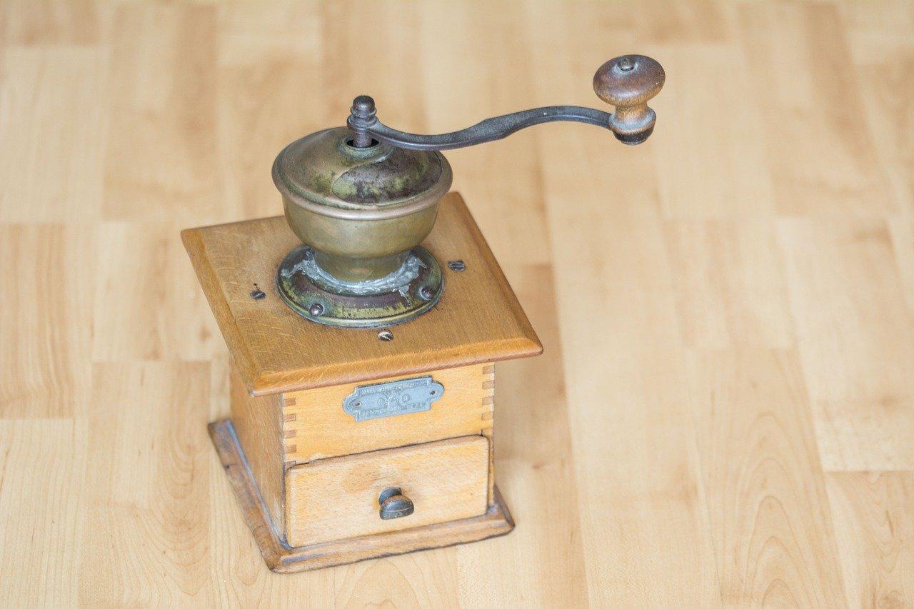 Manuelle Kaffeemühlen im Retro-Look sind immer noch begehrt.