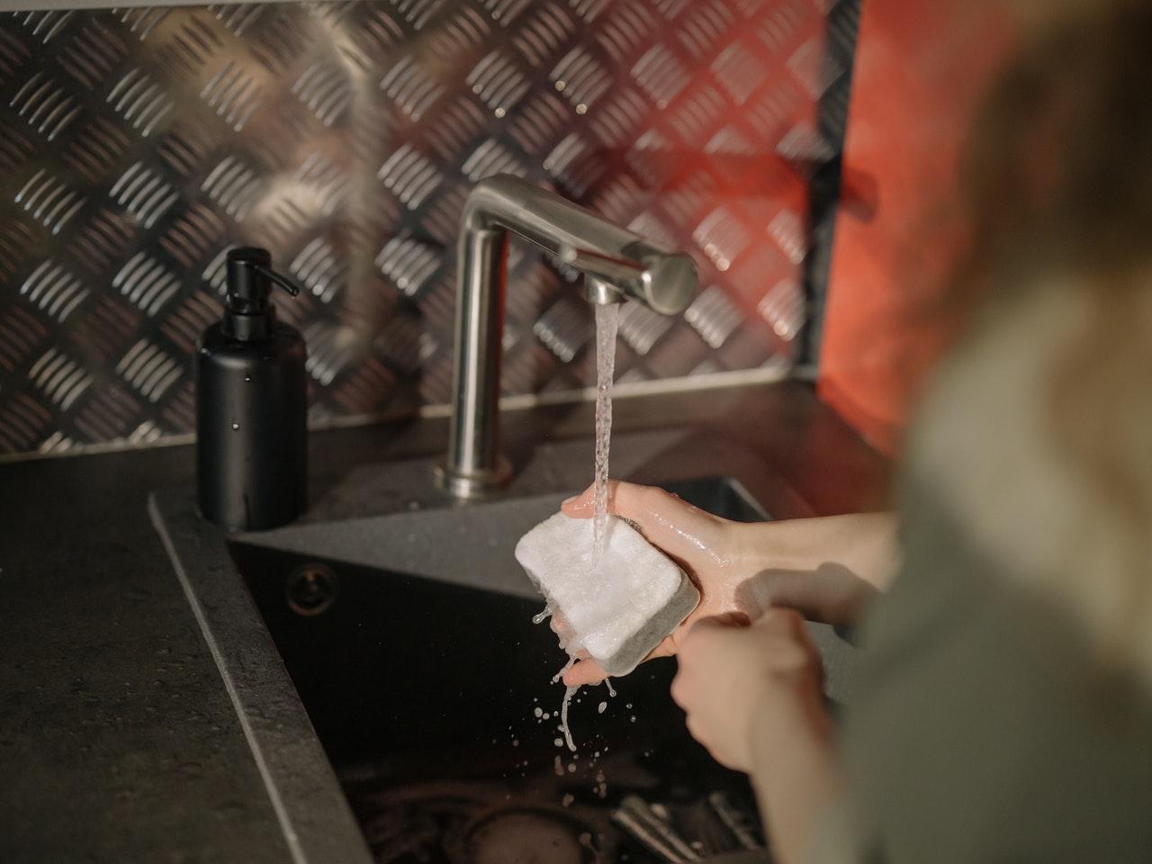 Mit einer Osmoseanlage findest Du keine unappetitlichen Kalkrückstände mehr in Haushaltsgeräten.