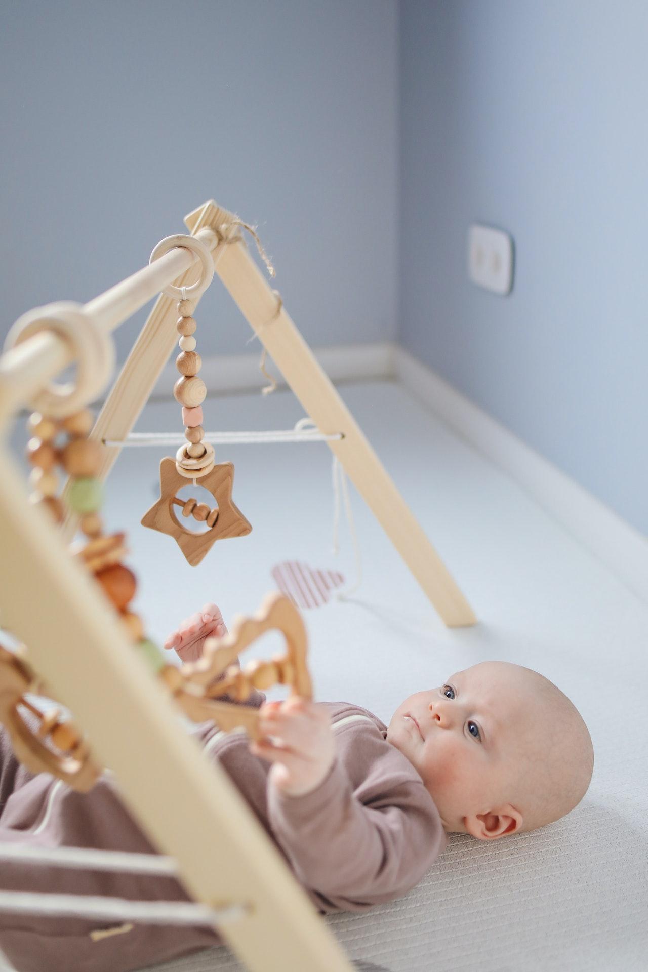 Fertig mit dem Ausflug? Dann kannst Du die Kinderwagenkette aus Holz einfach mit in die Wohnung nehmen.