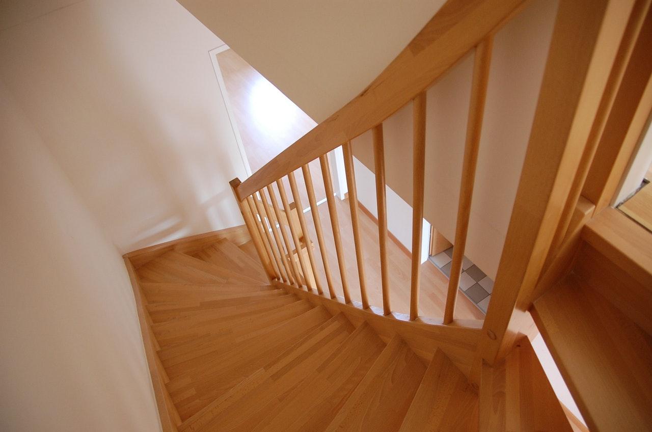 Besonders bei solchen lackierten Holztreppen machen Stufenmatten Sinn.