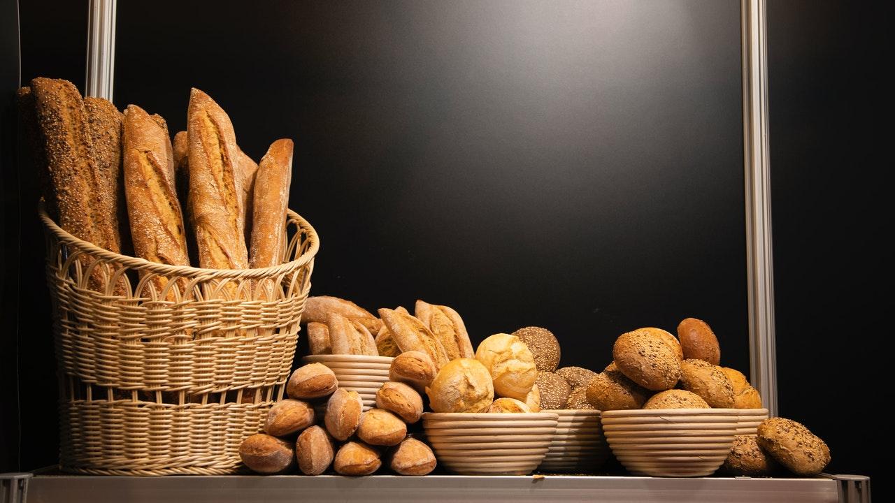 In einem Gärkörbchen kannst Du nicht nur den Brotteig aufgehen lassen, sondern auch nach dem Backen das fertige Brot servieren.