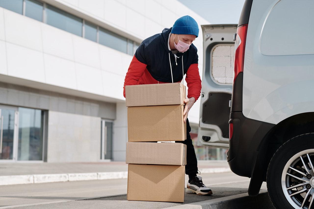 Die Räder der klappbaren Sackkarre bestehen meist aus Kunststoff mit einem Vollgummiüberzug.