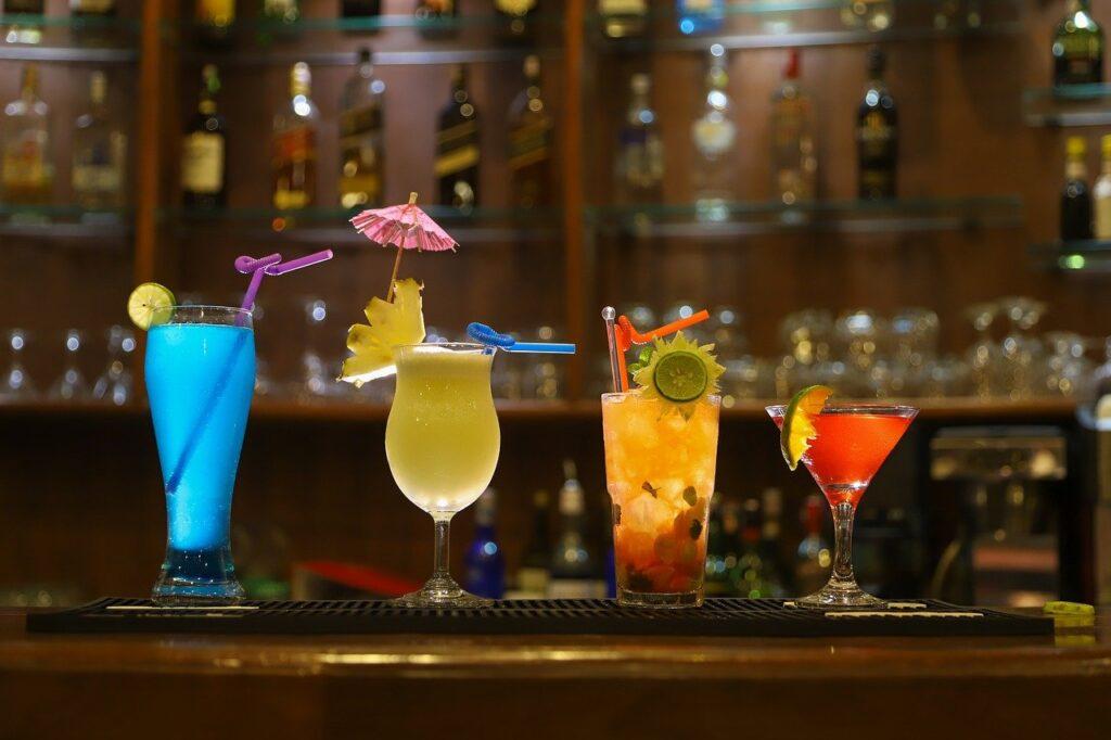 Wer gerne Cocktails in verschiedenen Variationen trinkt und dafür nicht in die nächste Bar gehen möchte, ist mit einem Barkeeper-Set sehr gut ausgestattet.