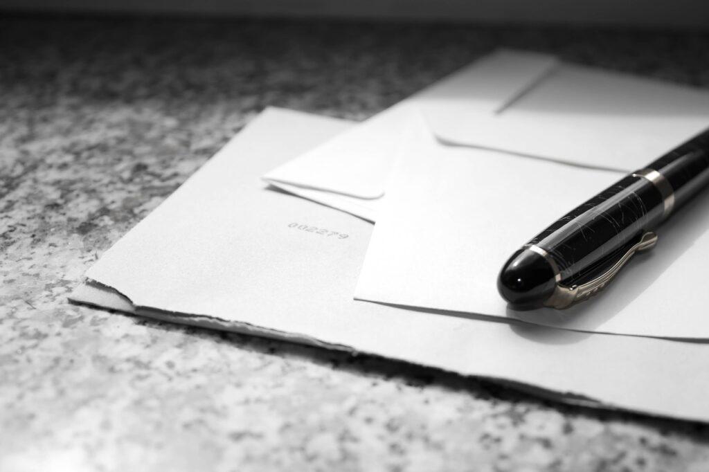 Briefablagen werden aus Kunststoff, Lochblech, Stahlgitter oder Holz gefertigt.