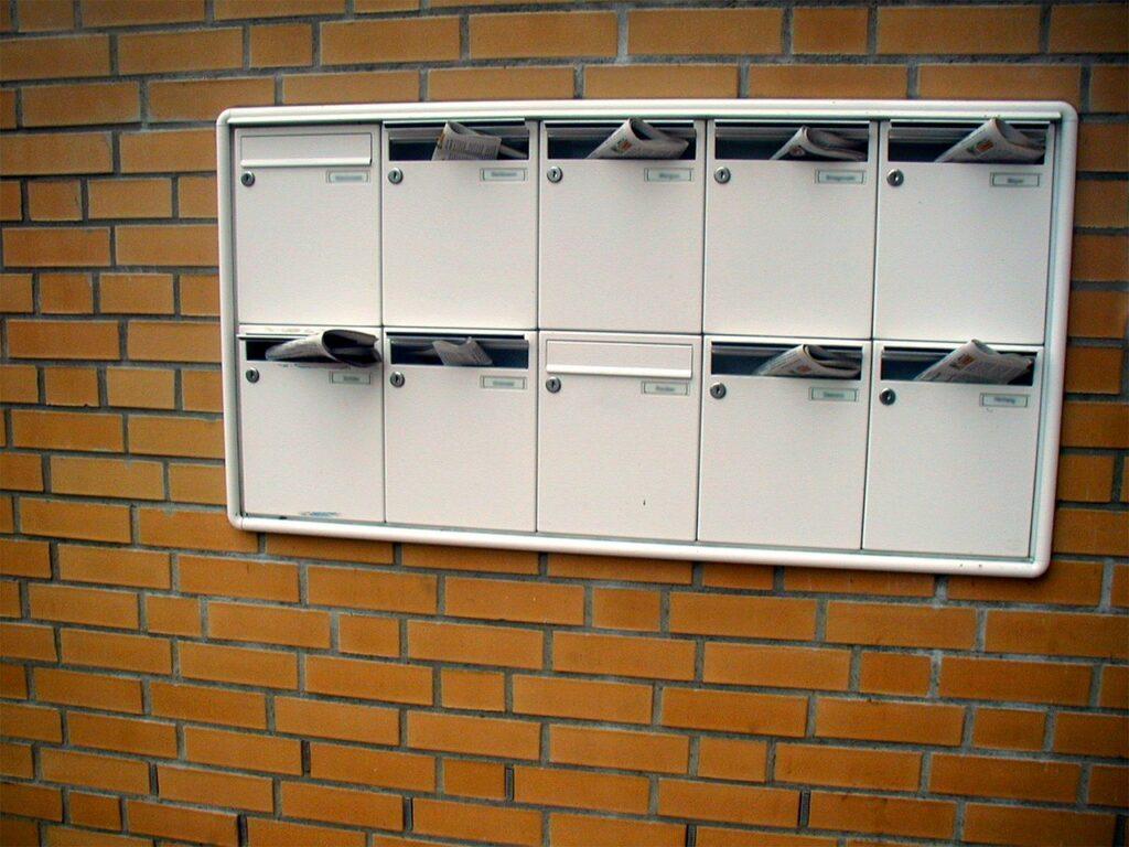 Briefkastenanlagen kannst Du auf unterschiedliche Arten einbauen, so gibt es Ausführungen mit Standfüßen als Standbriefkastenanlage.